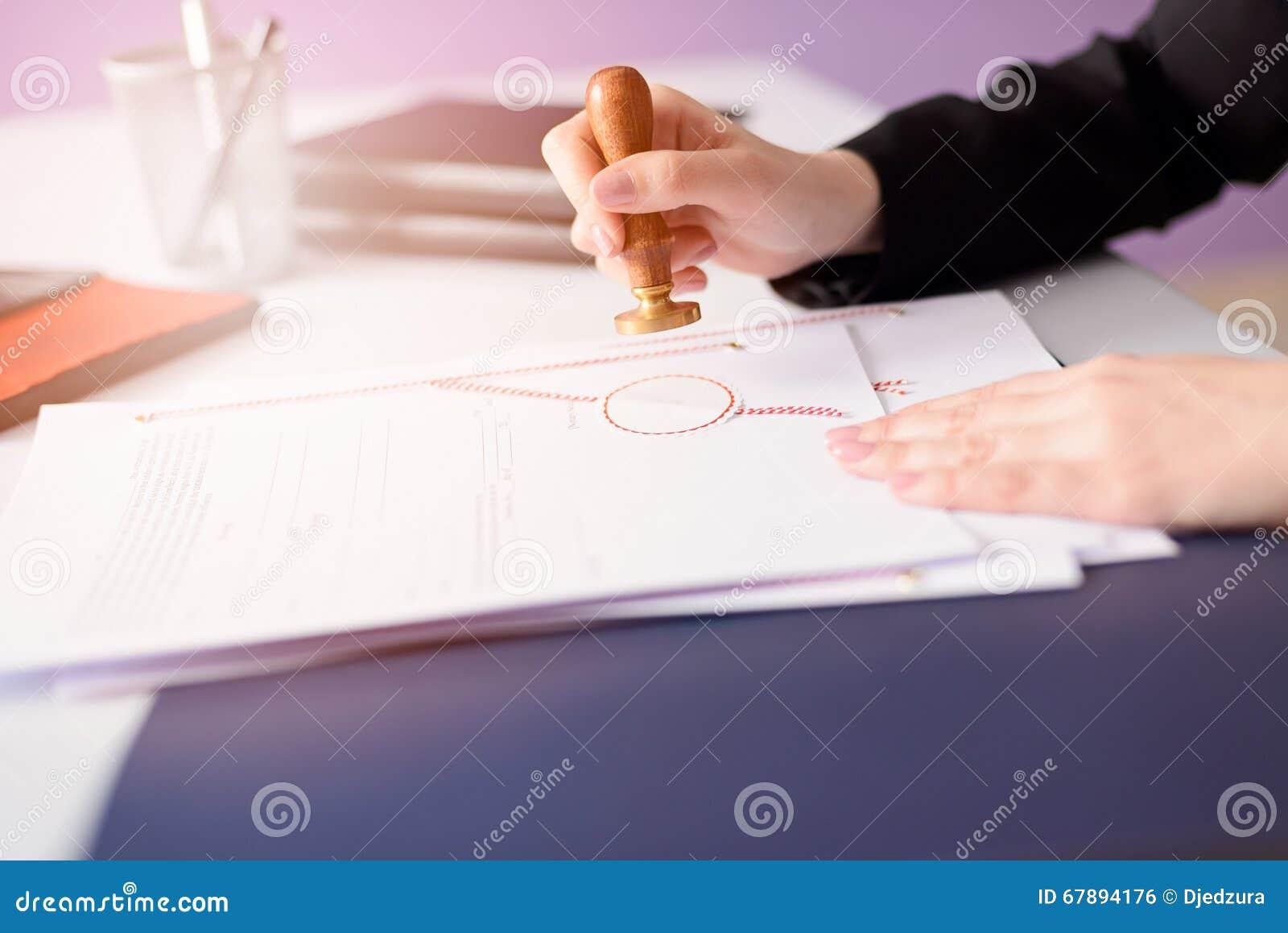 Κοινό συμβολαιογράφων που σφραγίζει το έγγραφο