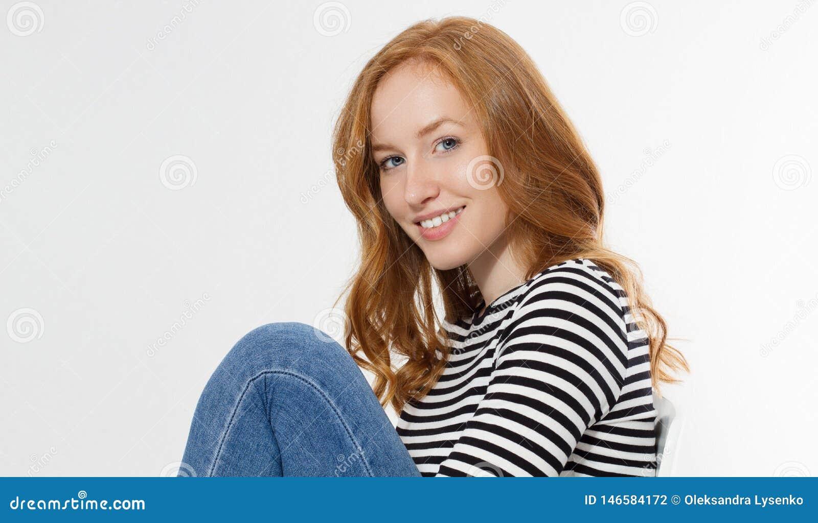 Κοκκινομάλλες κορίτσι με το στενό επάνω μακρο πρόσωπο που απομονώνεται στο άσπρο υπόβαθρο r Κανένας αποτελέστε την έννοια Redhead
