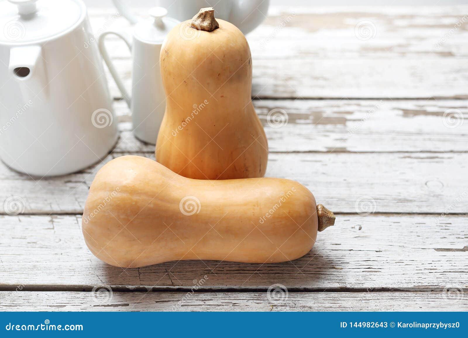 Κολοκύνθη Butternut, φρέσκα λαχανικά ξύλινο countertop