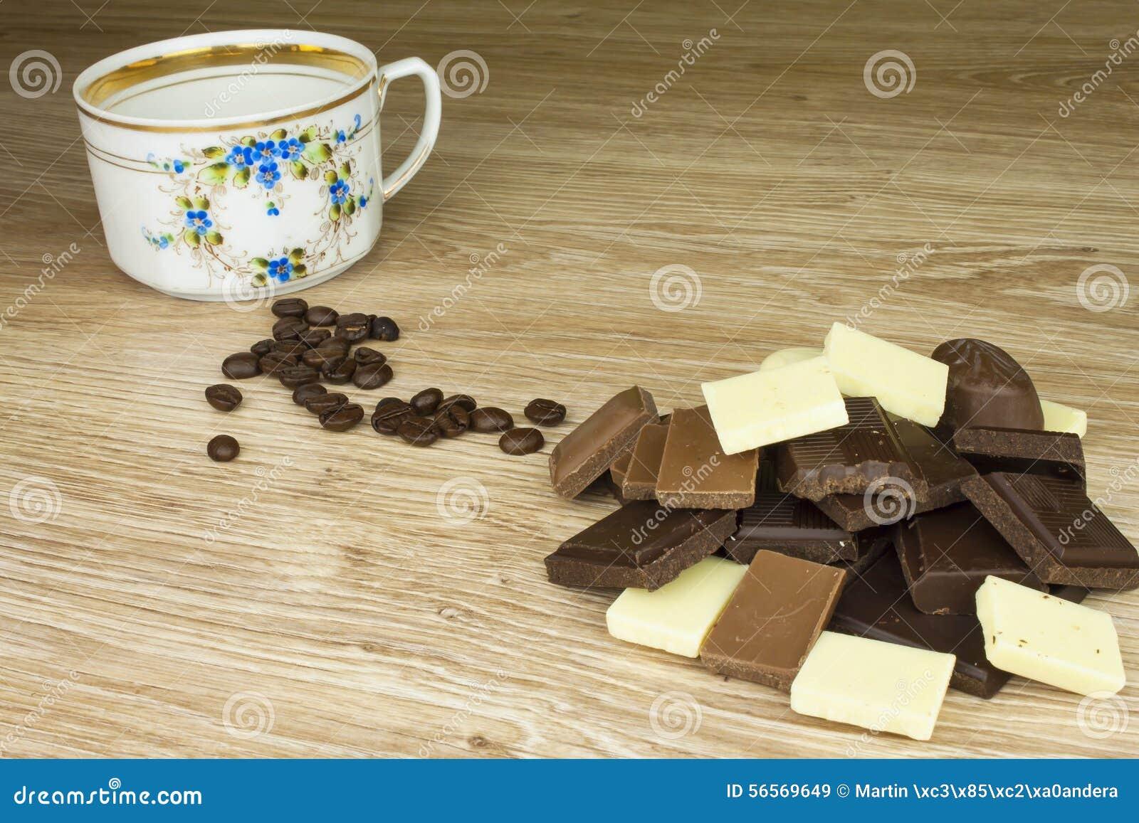 Download Κομμάτια της σοκολάτας σε έναν ξύλινο πίνακα Στοκ Εικόνα - εικόνα από γαστρονομικός, καφές: 56569649