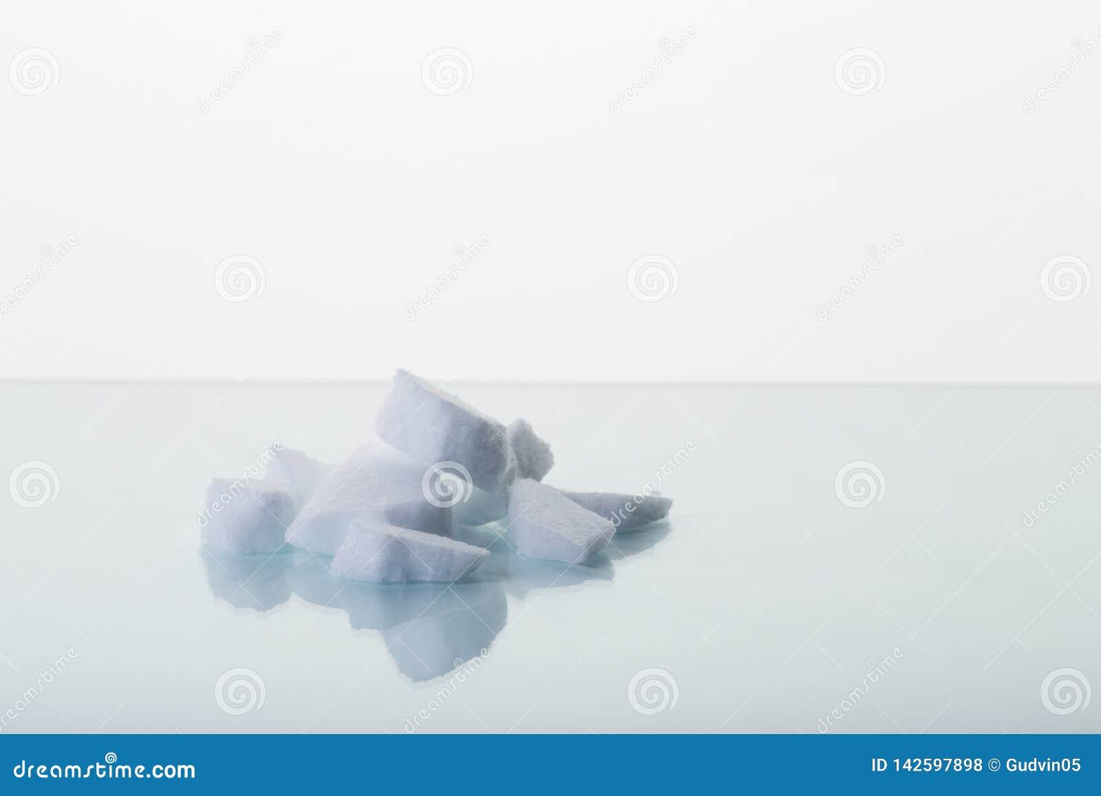 Κομμάτια του ξηρού πάγου στον πίνακα εργαστηρίων