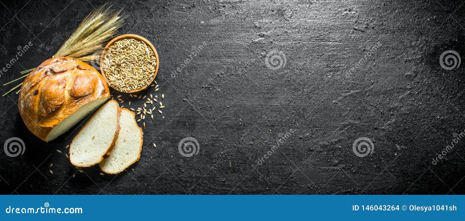 Κομμάτια του ψωμιού με το σιτάρι και spikelets