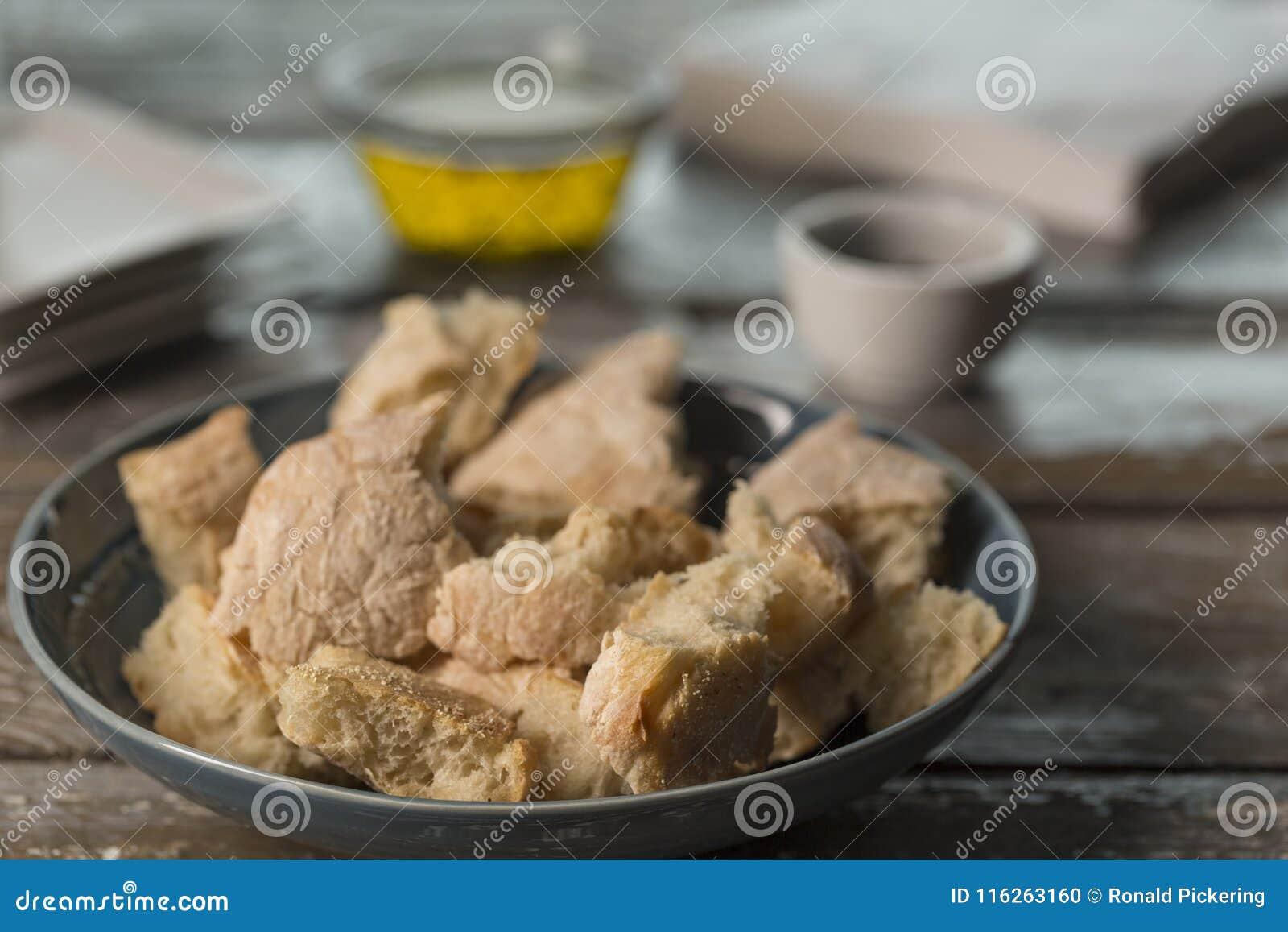 Κομμάτια ψωμιού με το ελαιόλαδο