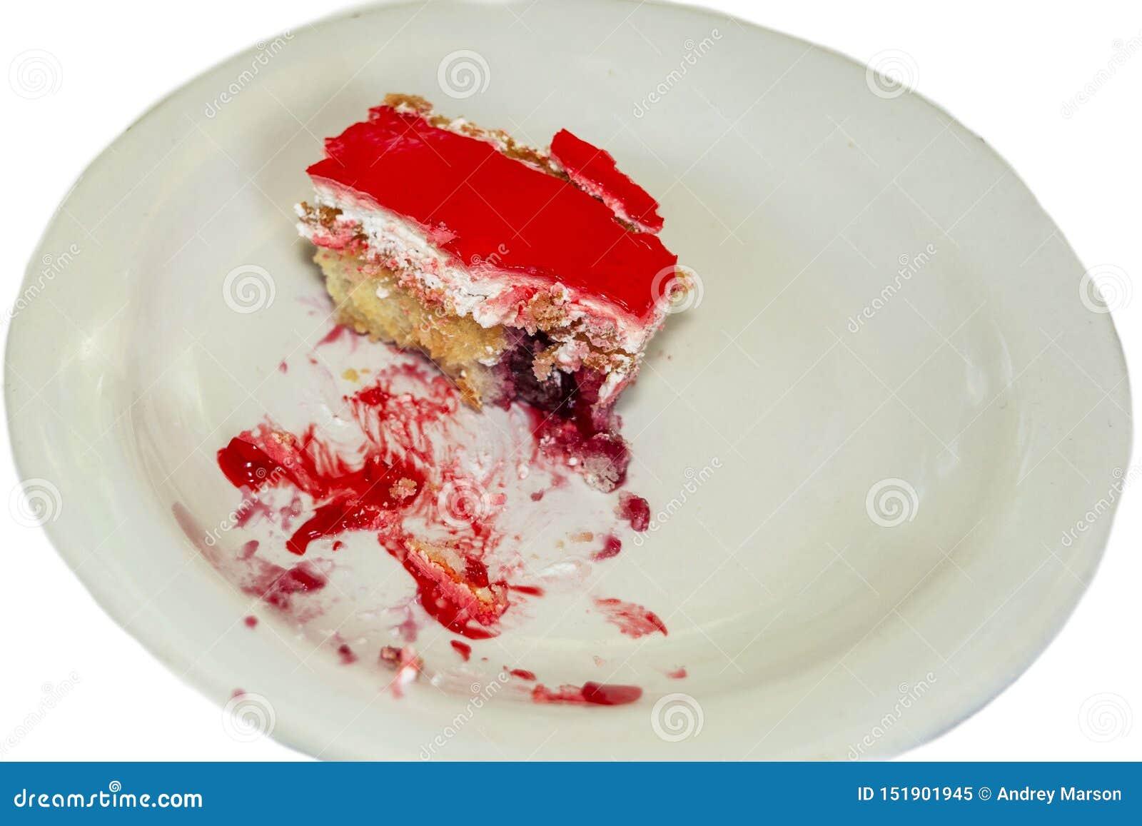 Κομμάτι cheesecake με τις φρέσκες φράουλες και της μέντας που απομονώνεται στο άσπρο υπόβαθρο