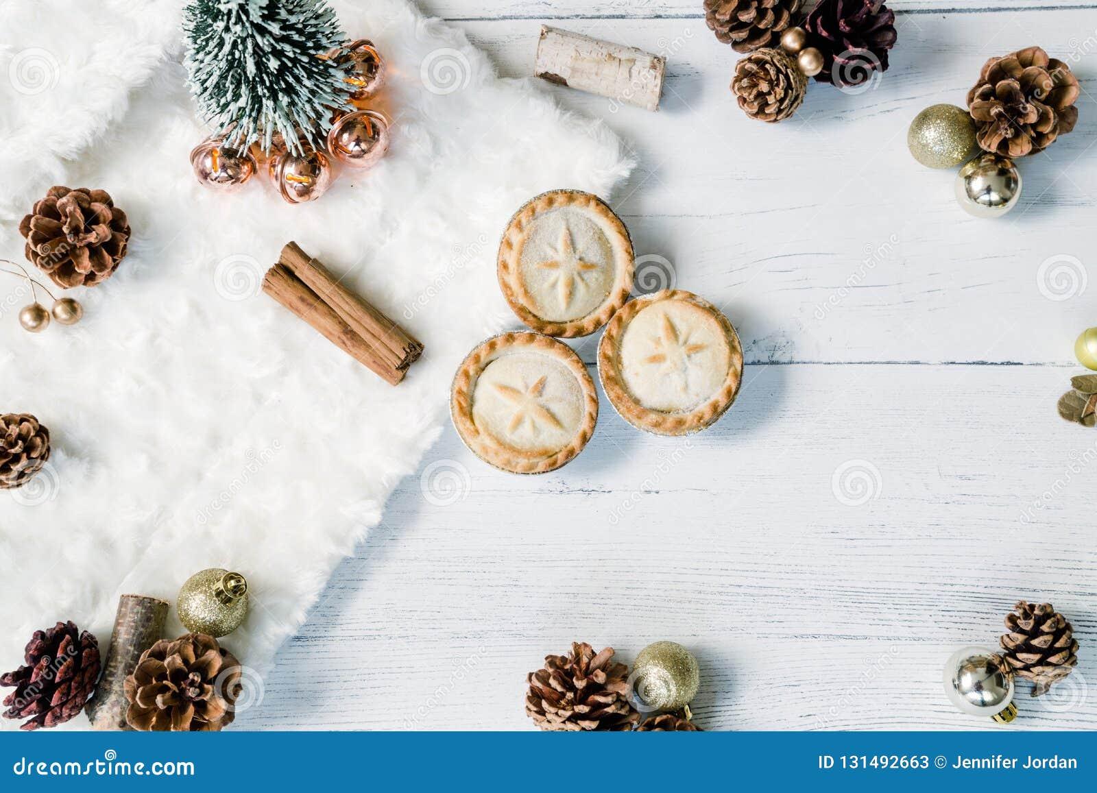 Κομματιάστε τις πίτες και το επίπεδο Χριστουγέννων ραβδιών κανέλας βρέθηκε