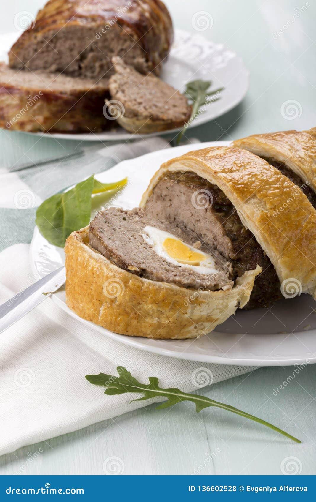 Κομματιασμένο meatloaf με τα βρασμένα αυγά