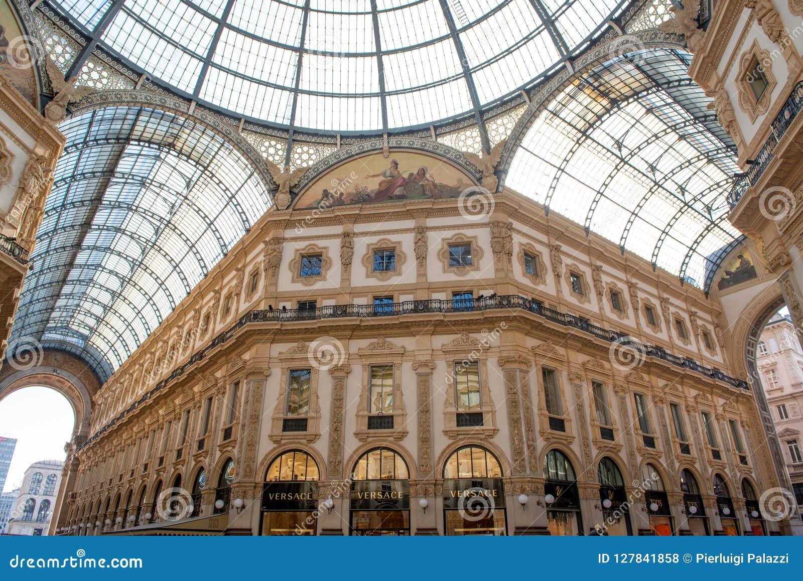 Κομψά καταστήματα σε Galleria Vittorio Emanuele στο Μιλάνο