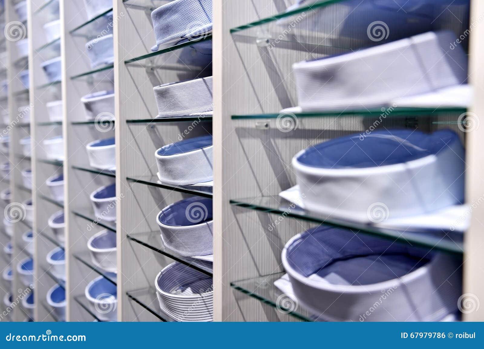 48dab374f68a Κομψά πουκάμισα στα ράφια σε ένα κατάστημα Στοκ Εικόνες - εικόνα από ...