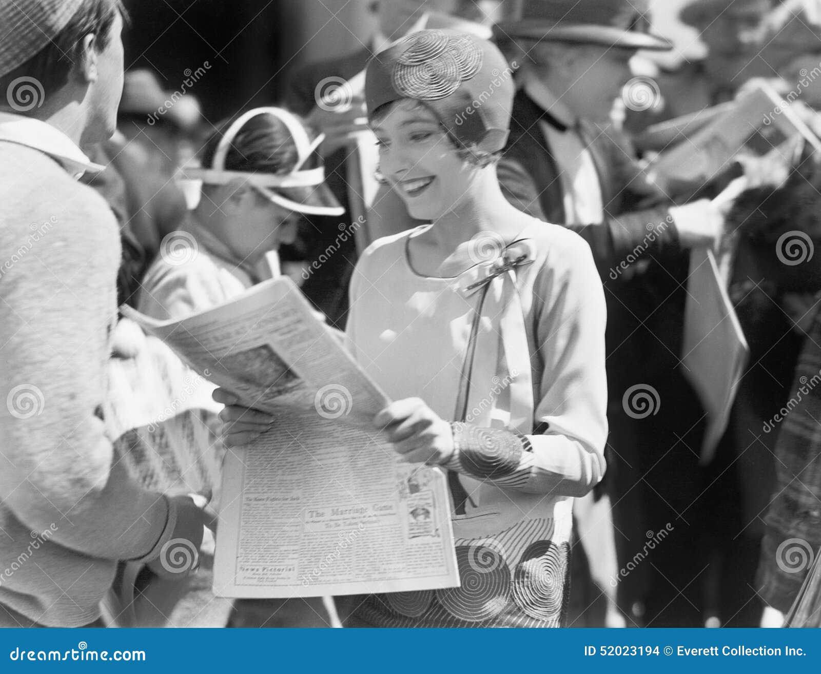 Κομψή γυναίκα που διαβάζει μια εφημερίδα (όλα τα πρόσωπα που απεικονίζονται δεν ζουν περισσότερο και κανένα κτήμα δεν υπάρχει Εξο