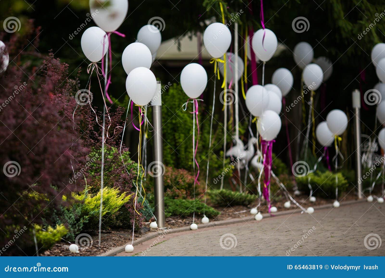 Κομψή και διακοσμημένη διασκέδαση πορεία στο γαμήλιο διάδρομο με το άσπρο ballo