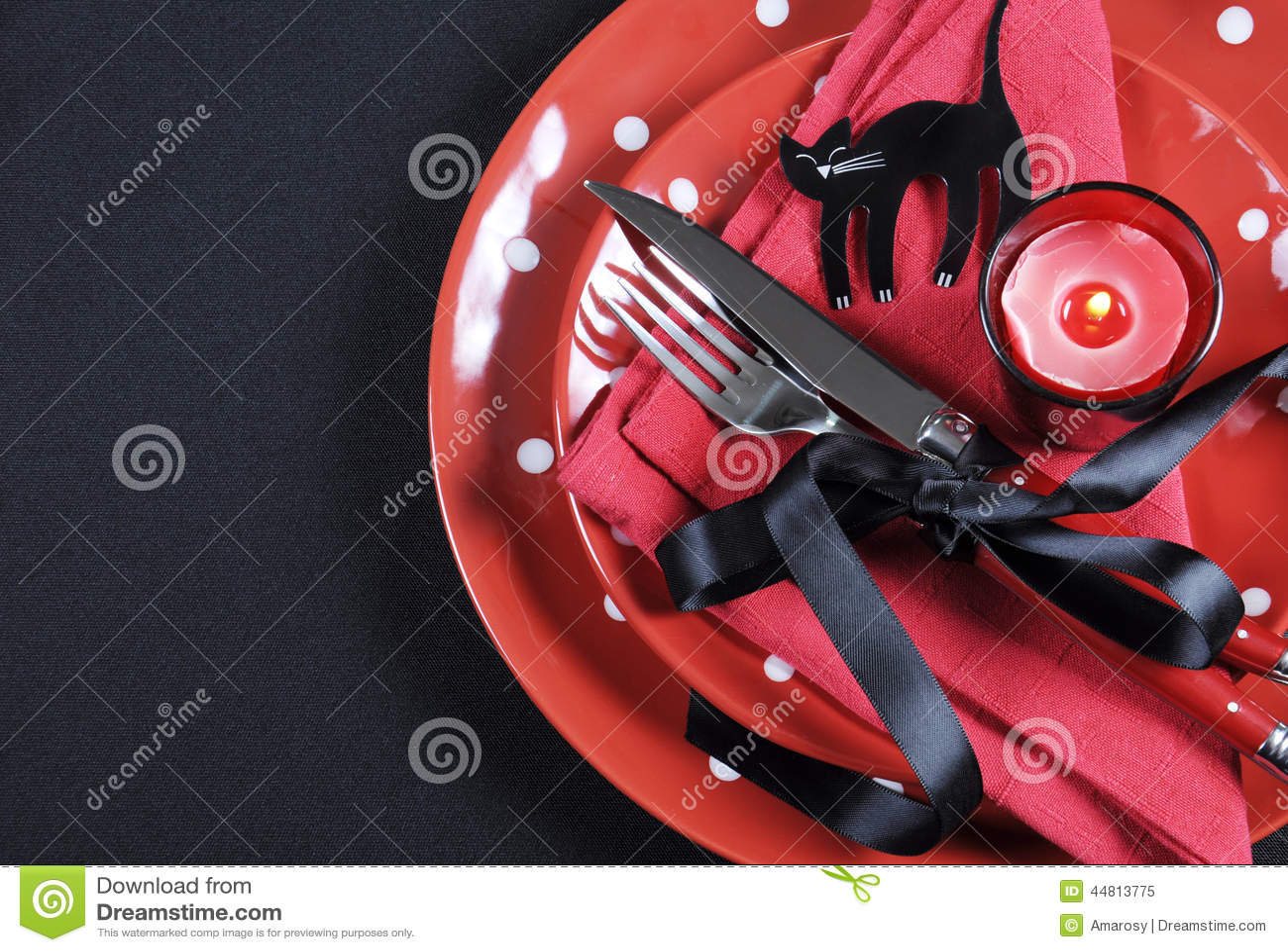Κομψή κόκκινη και μαύρη να δειπνήσει κομμάτων αποκριών θέματος επιτραπέζια θέση που θέτει με το διάστημα αντιγράφων