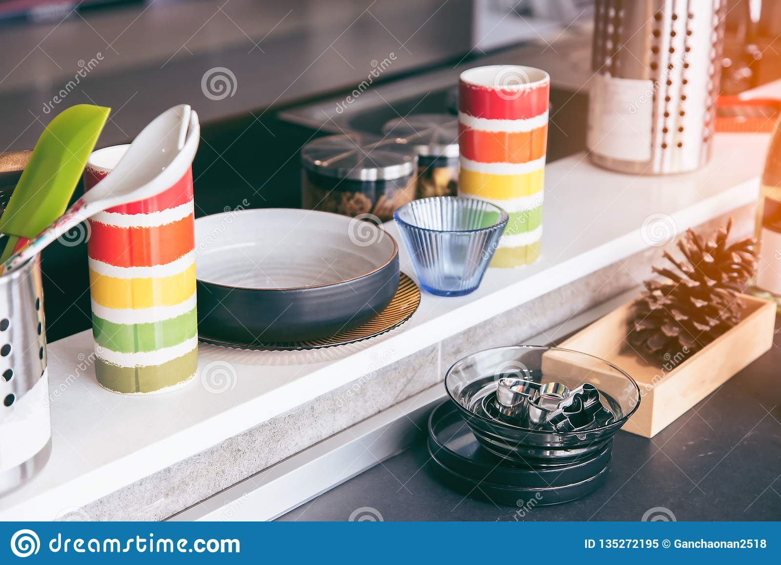 Κομψή σύγχρονη κουζίνα με τις όμορφες συσκευές στην κουζίνα