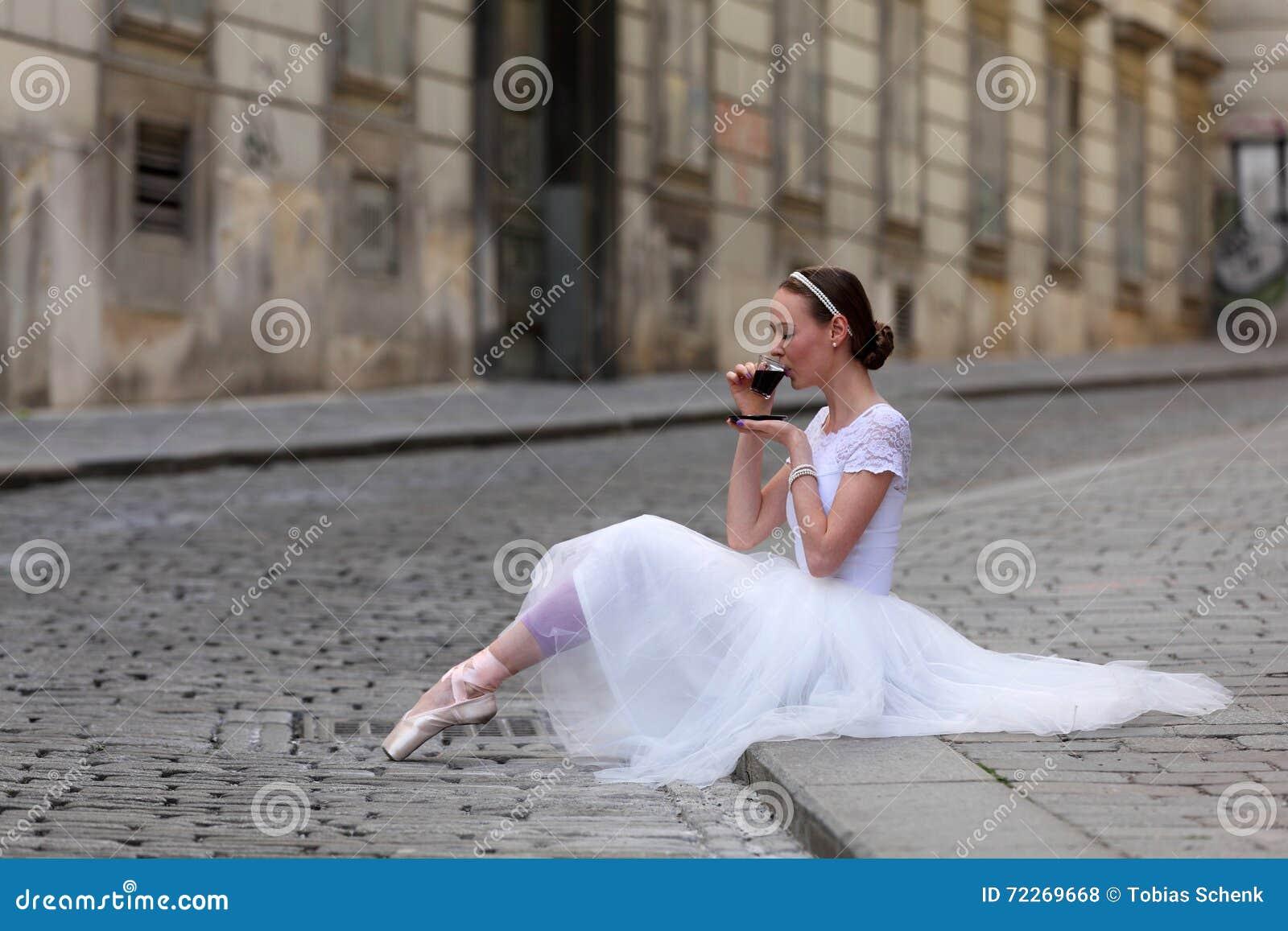 Κομψός καφές κατανάλωσης ballerina στην οδό