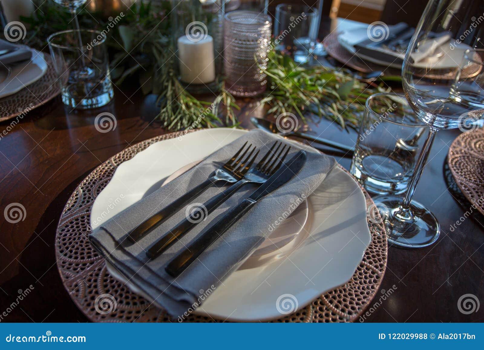 Κομψός πίνακας που τίθεται με την εστίαση σε ένα πιάτο