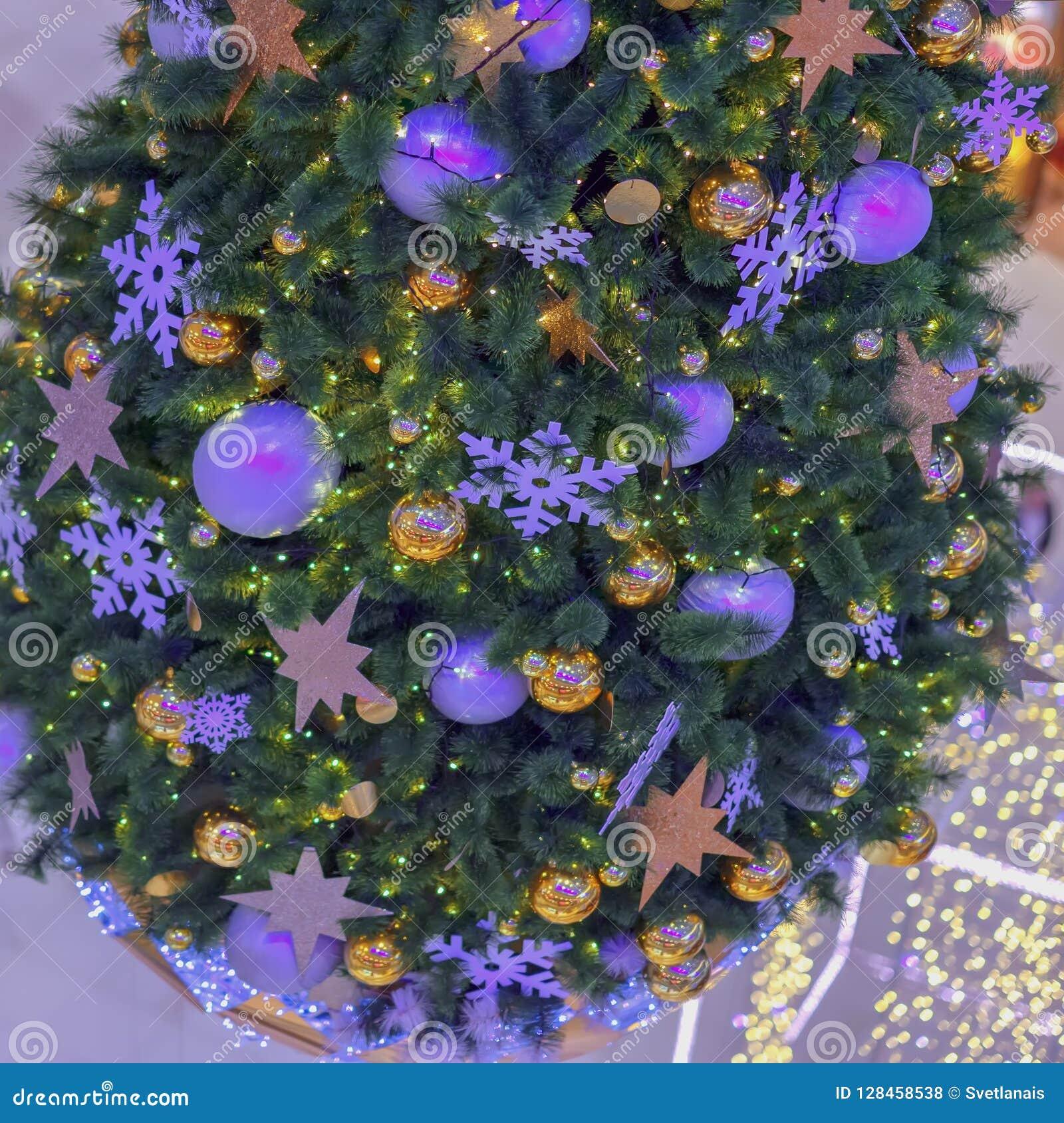 Κομψό δέντρο Χριστουγέννων με τις διακοσμήσεις, σφαίρες Χριστουγέννων, ασημένιες γιρλάντες, bokeh ανασκόπηση εορταστική Εκλεκτική