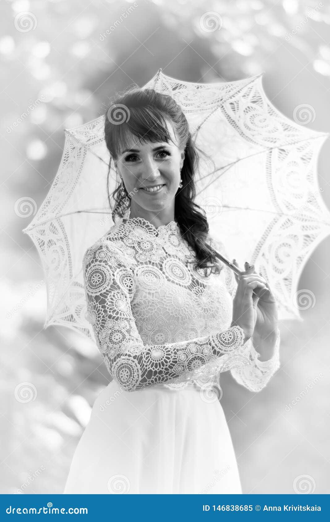 Κομψό brunette σε ένα εκλεκτής ποιότητας άσπρο φόρεμα