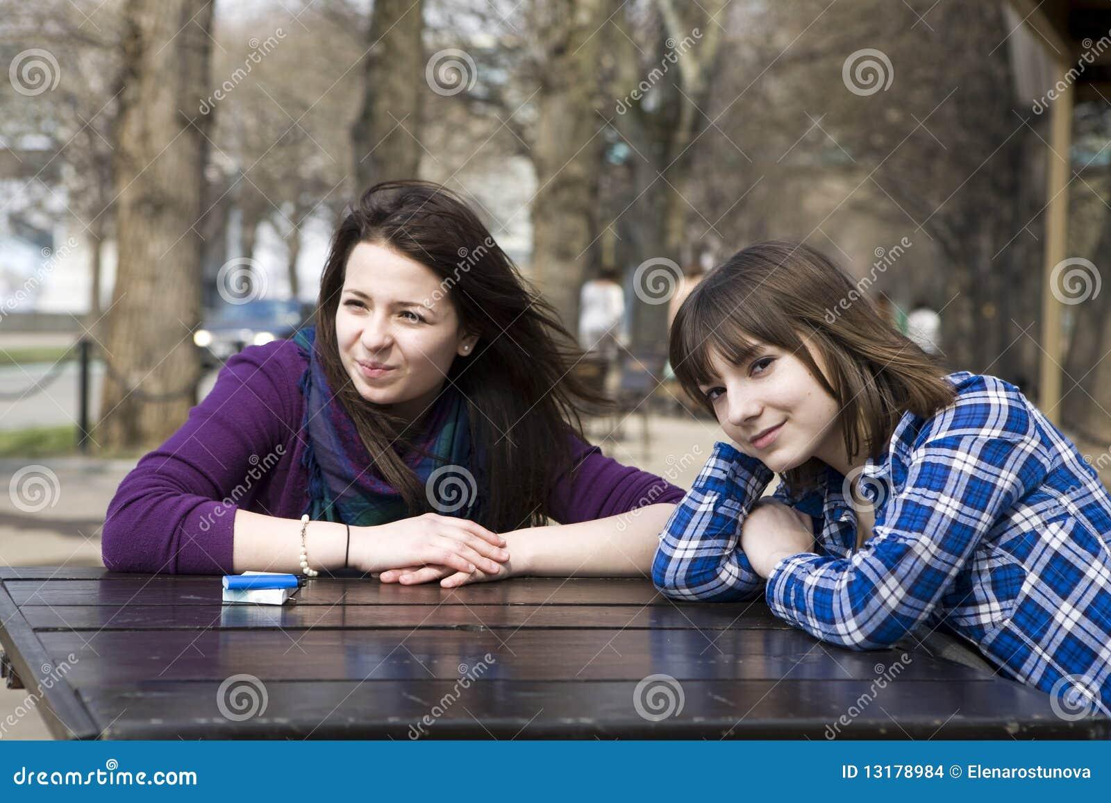 κορίτσια καφέδων που κάθ&omic