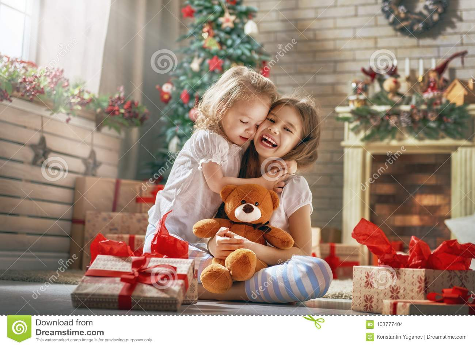 Κορίτσια που ανοίγουν τα δώρα