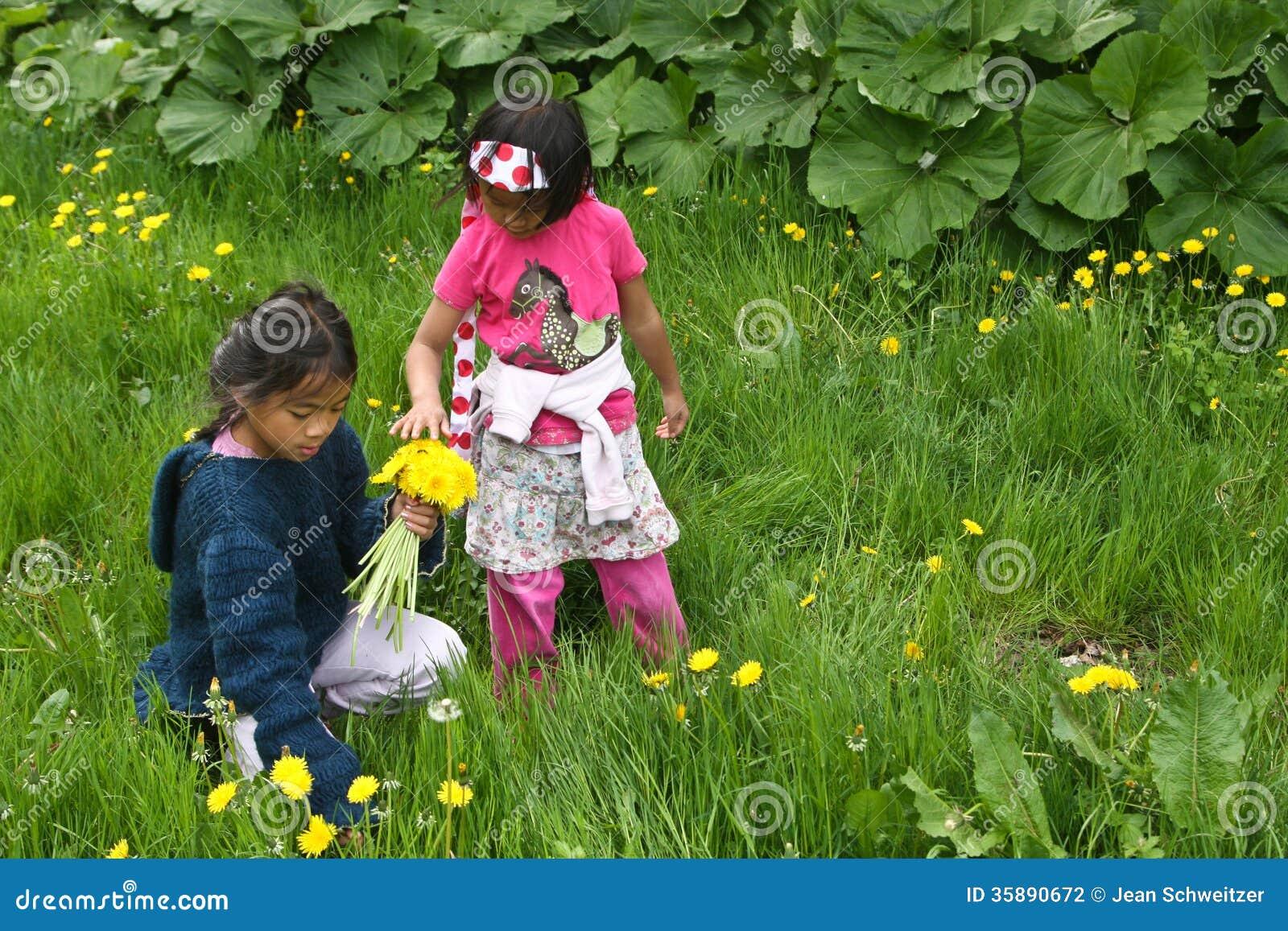 Κορίτσια που παίρνουν τα λουλούδια