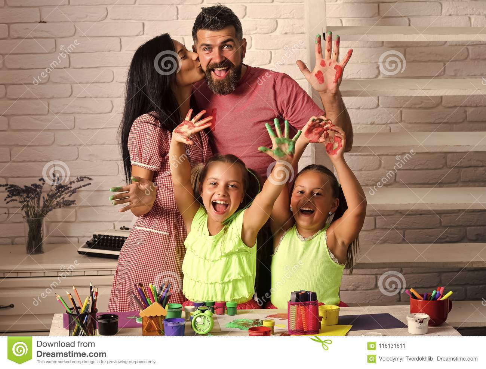 Κορίτσια που σύρουν με τα ζωηρόχρωμα χρώματα