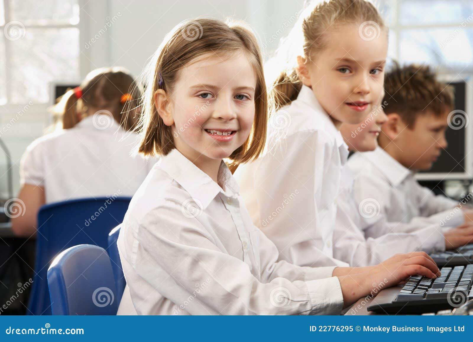 Κορίτσια στη σχολική τάξη που κοιτάζουν στη φωτογραφική μηχανή