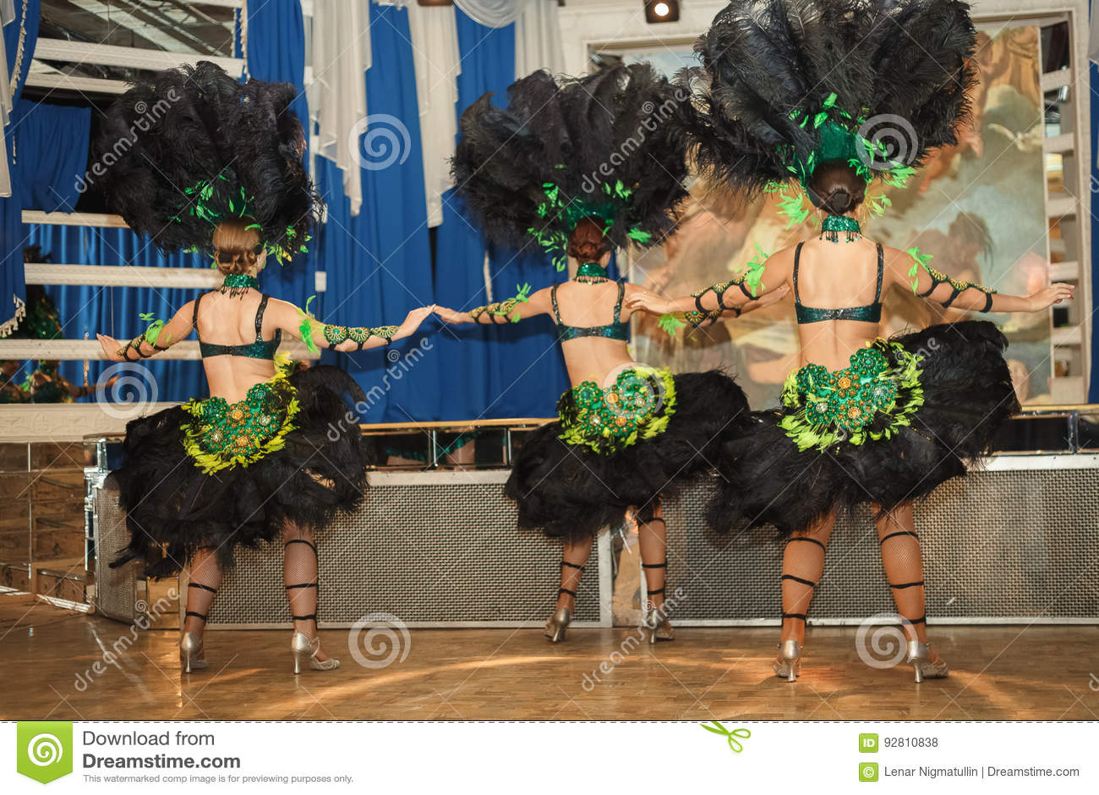 Κορίτσια στο κοστούμι στο καρναβάλι στο Ρίο Οι δράστες αποδίδουν στο στάδιο