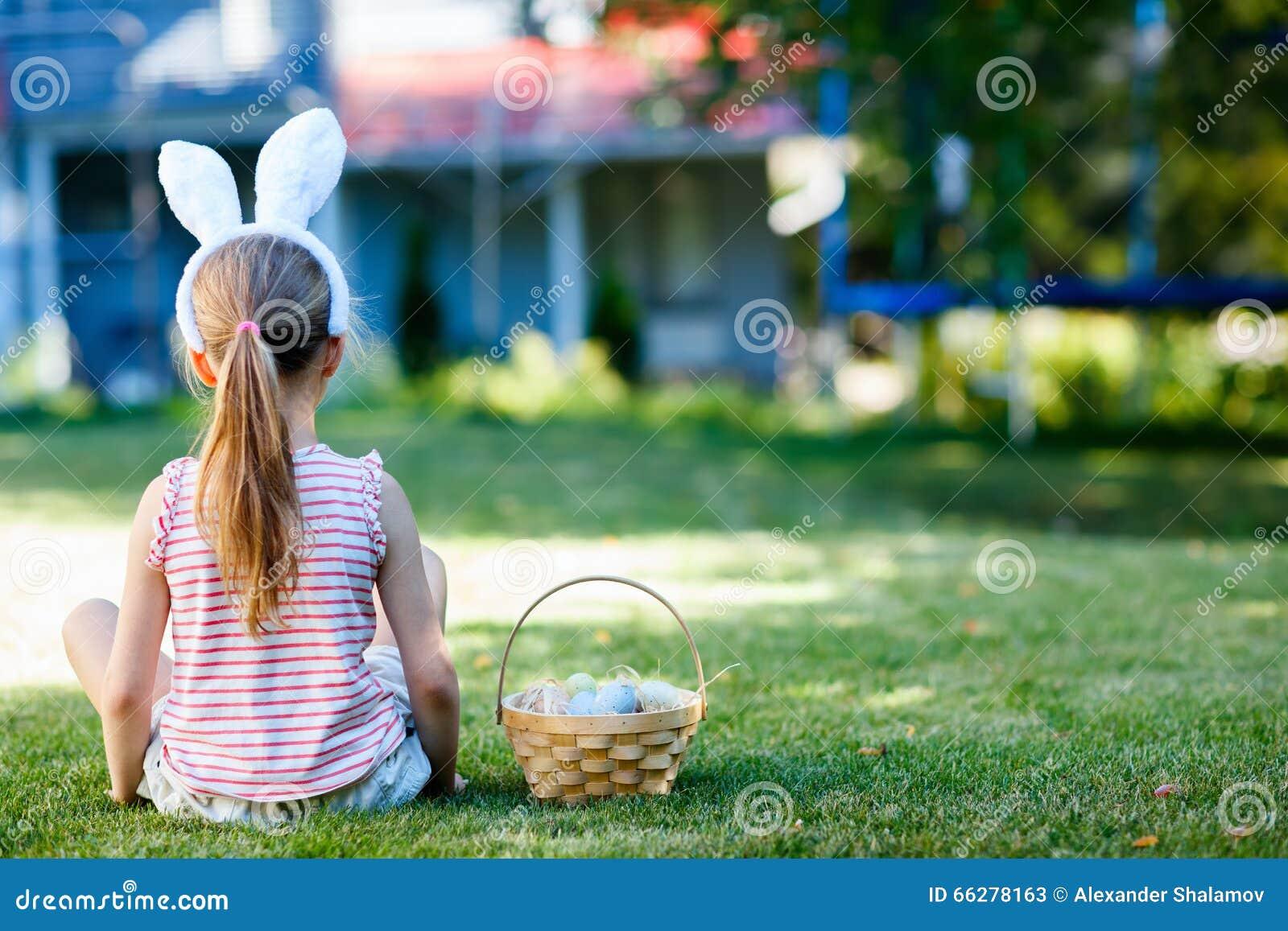 κορίτσι αυγών Πάσχας λίγα