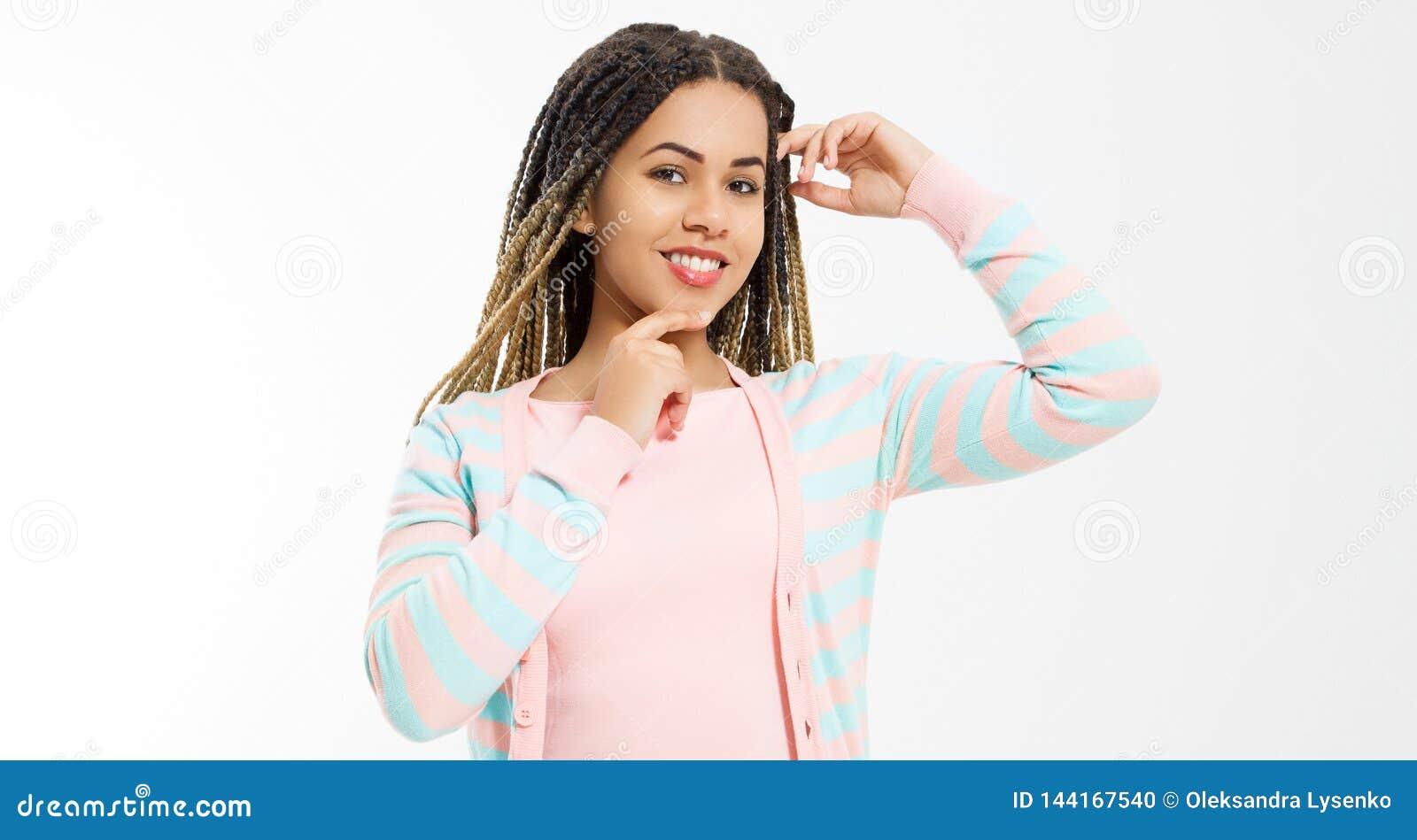 Κορίτσι αφροαμερικάνων στα ενδύματα μόδας που απομονώνεται στο άσπρο υπόβαθρο Γυναίκα hipster με το ύφος τρίχας afro διάστημα αντ