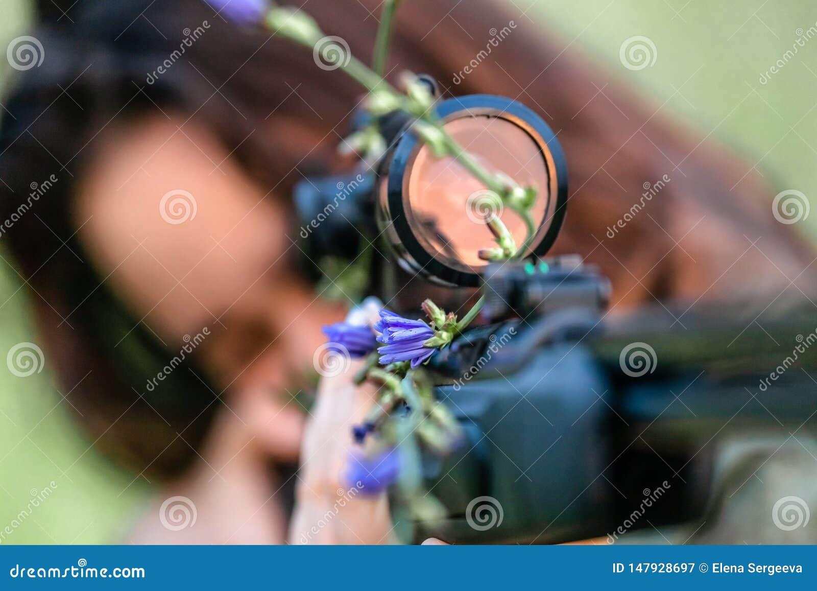 Κορίτσι ελεύθερων σκοπευτών με το όπλο