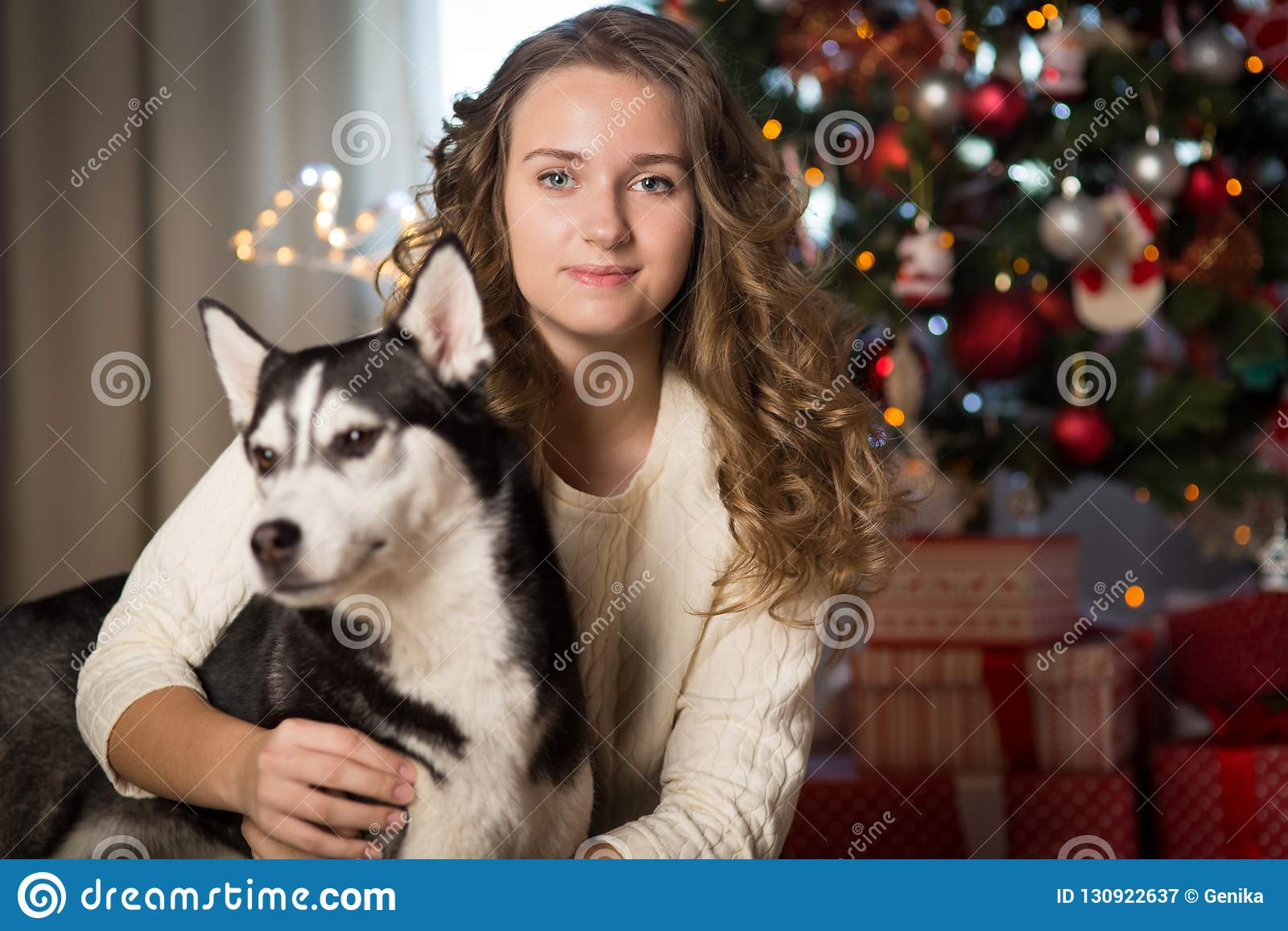 Κορίτσι εφήβων με το σκυλί, για τα Χριστούγεννα