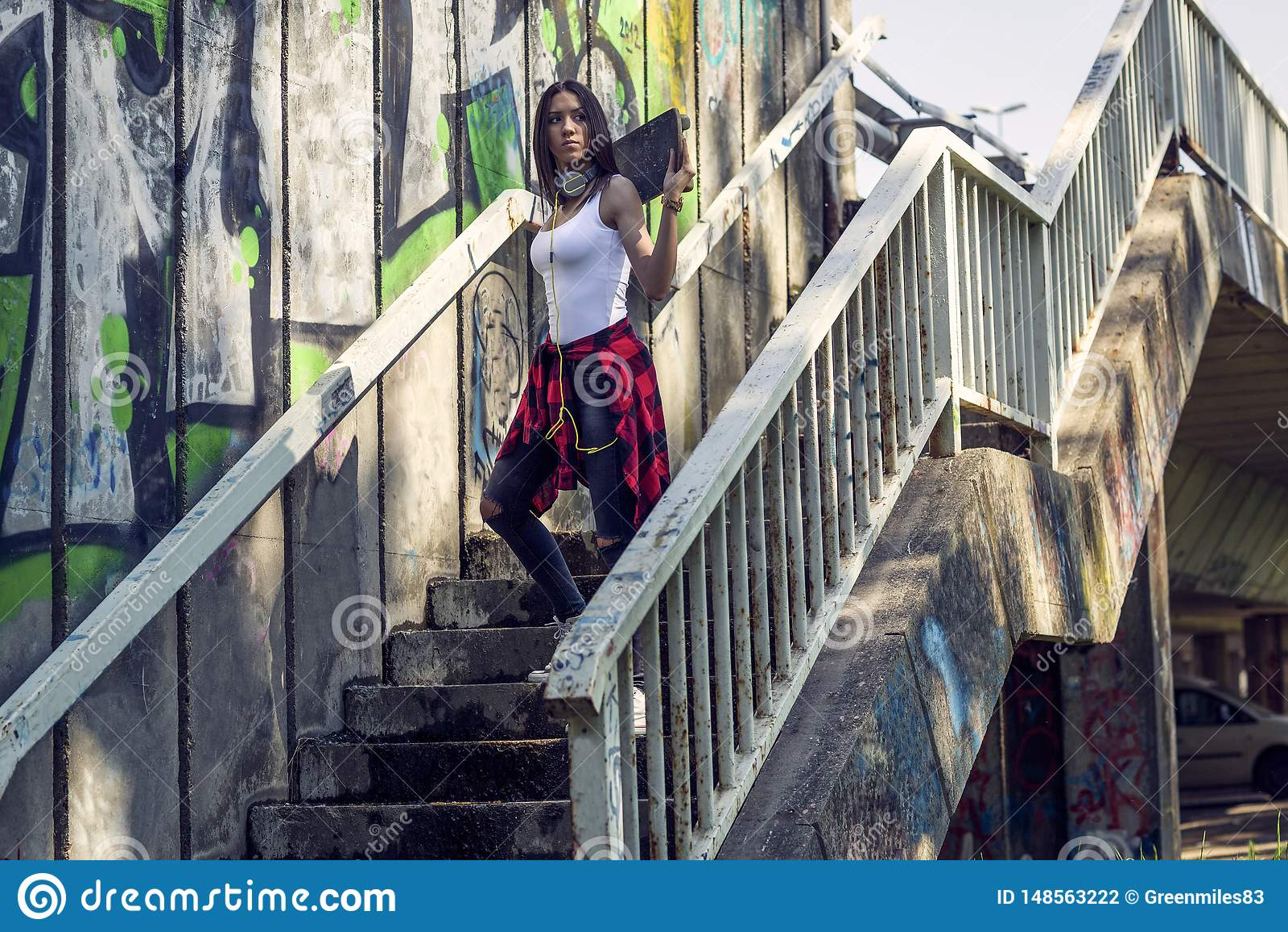 Κορίτσι εφήβων με skateboard Υπαίθρια, αστικός τρόπος ζωής