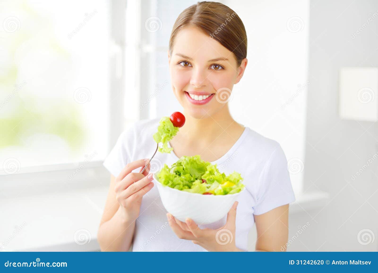 Κορίτσι εφήβων που τρώει τη σαλάτα