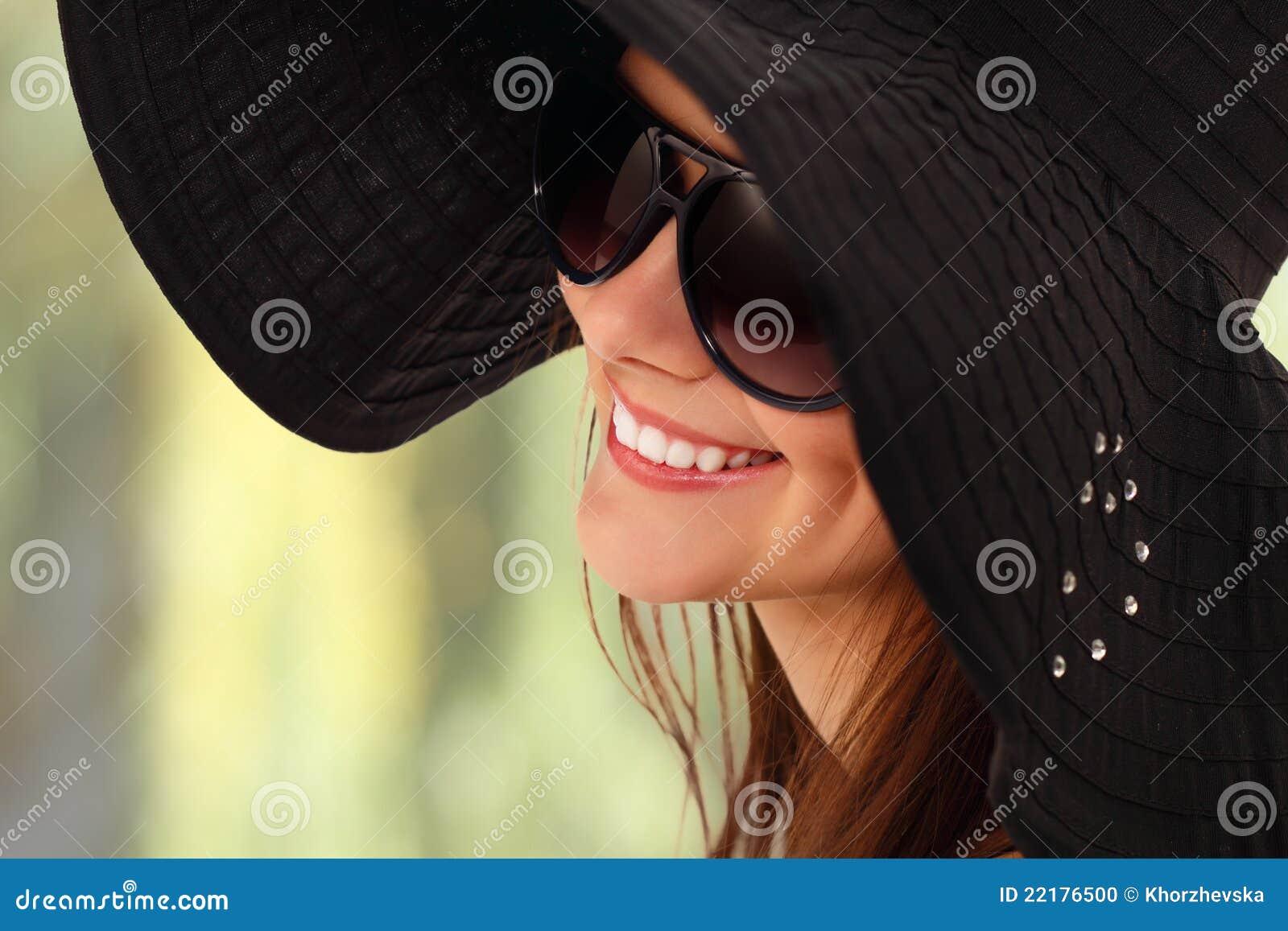 Κορίτσι θερινών εφήβων εύθυμο στον Παναμά και τα γυαλιά ηλίου