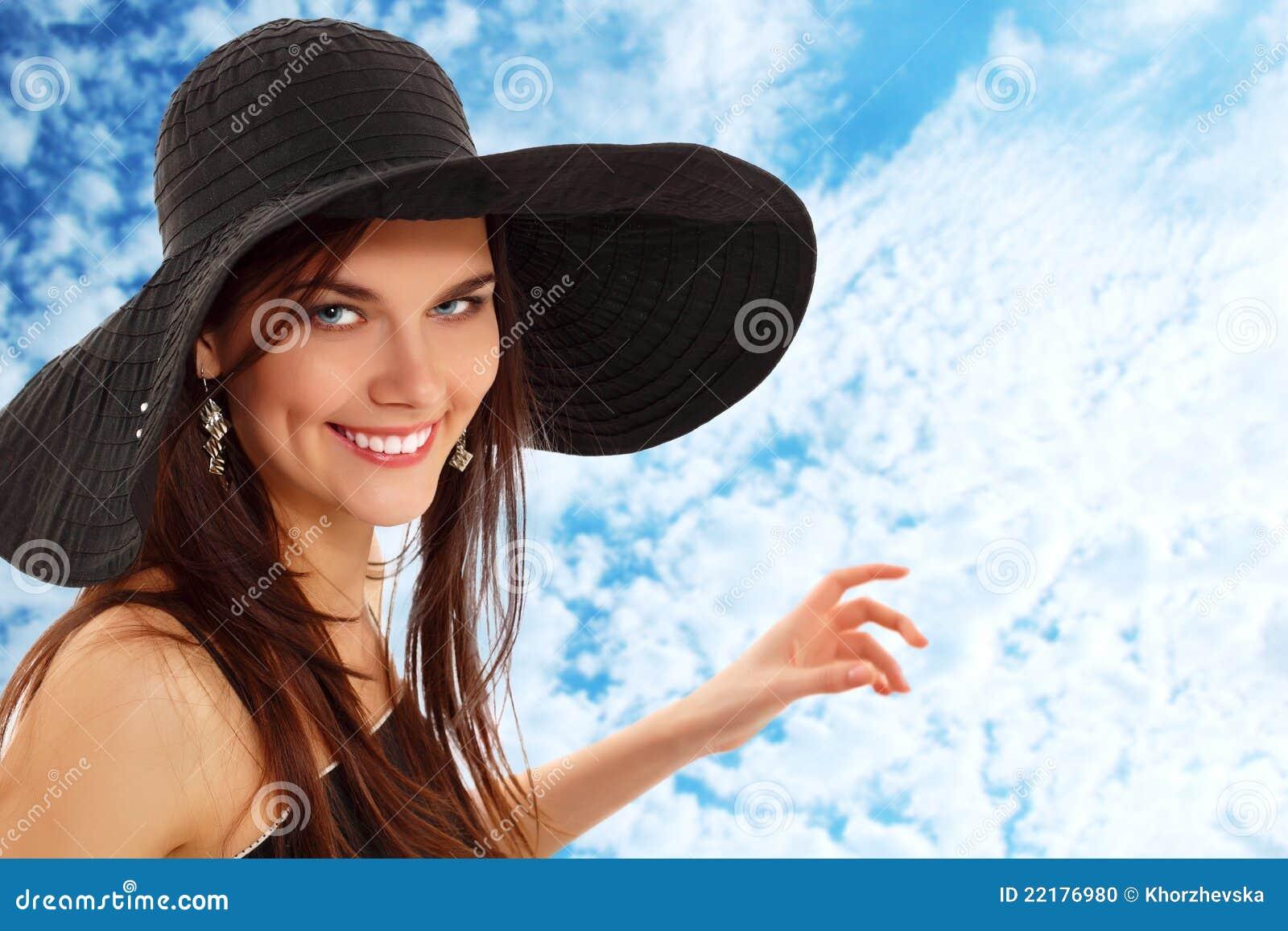 Κορίτσι θερινών εφήβων εύθυμο στον Παναμά που εμφανίζει ουρανό