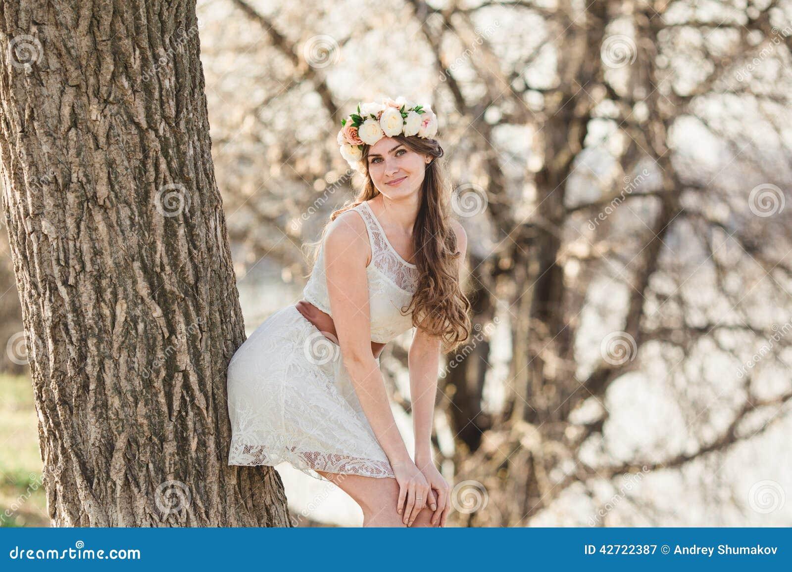 Κορίτσι και και δέντρο