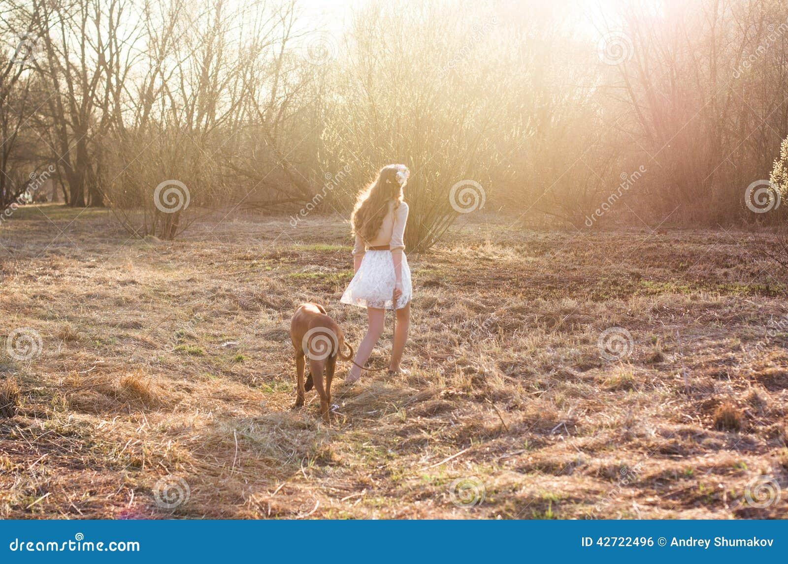 Κορίτσι και καφετί σκυλί