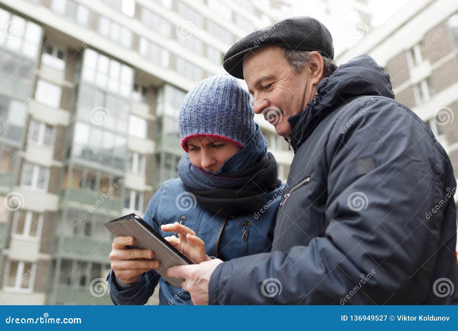 Κορίτσι και ο πατέρας της με μια ταμπλέτα στα χέρια που ψάχνουν το σωστό τρόπο στην πόλη