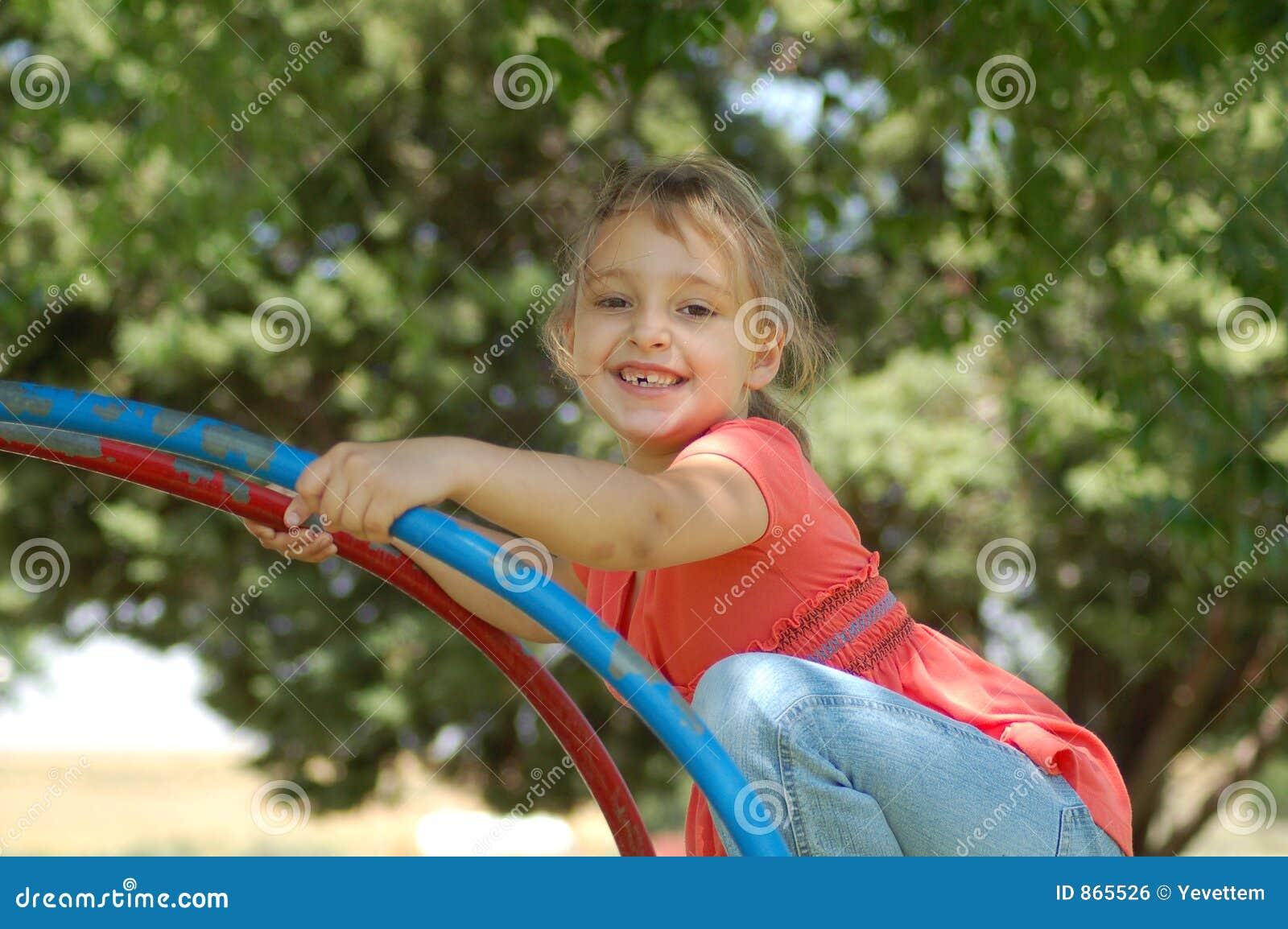 κορίτσι λίγη παιδική χαρά