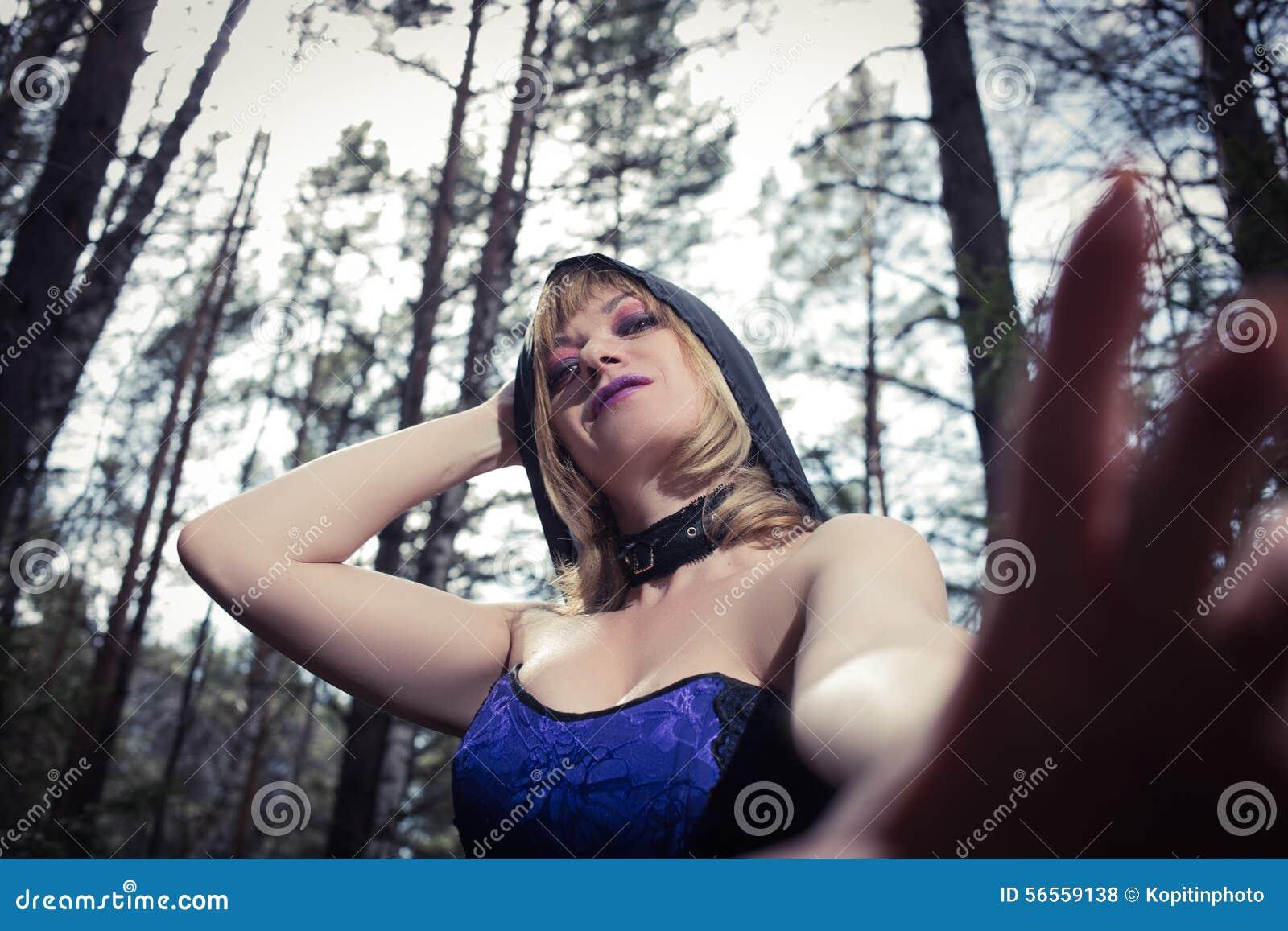 Download Κορίτσι μαγισσών στο δάσος στοκ εικόνες. εικόνα από φως - 56559138
