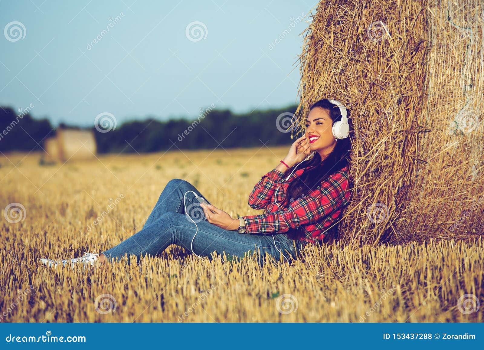 Κορίτσι με ένα όμορφο χαμόγελο που απολαμβάνει τη μουσική