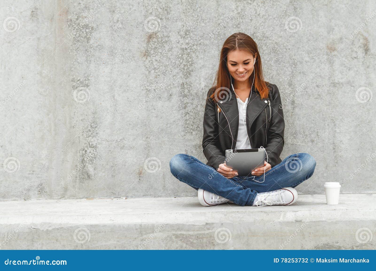 Κορίτσι με μια ταμπλέτα στα χέρια