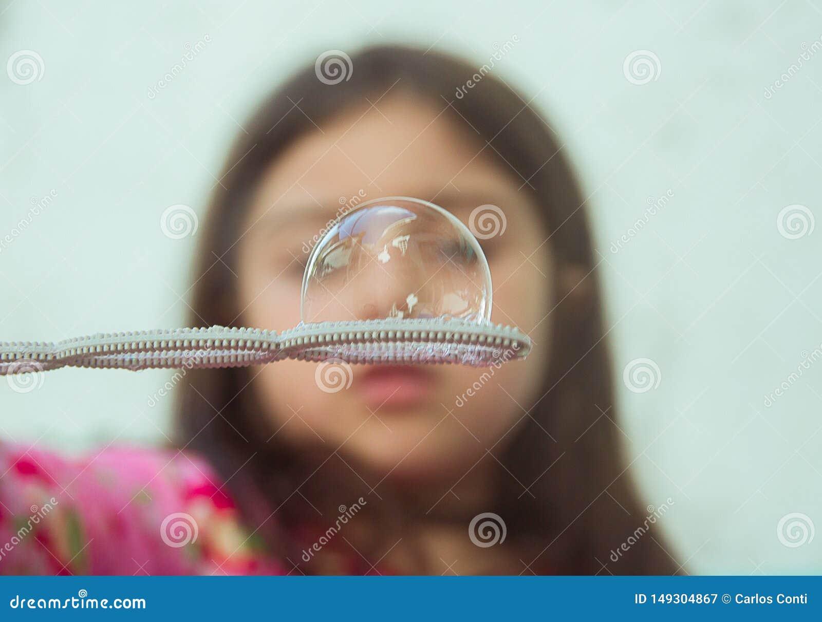 Κορίτσι με μια φυσαλίδα σούπας