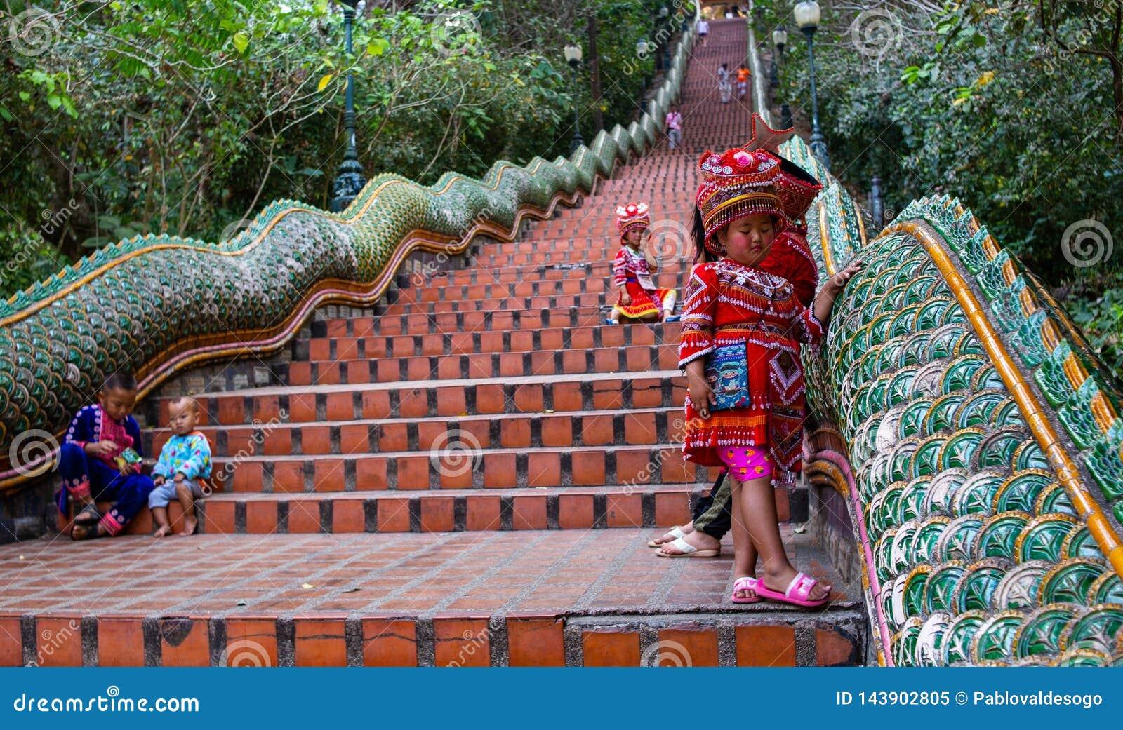 Κορίτσι με τα παραδοσιακά ενδύματα σε Doi Suthep