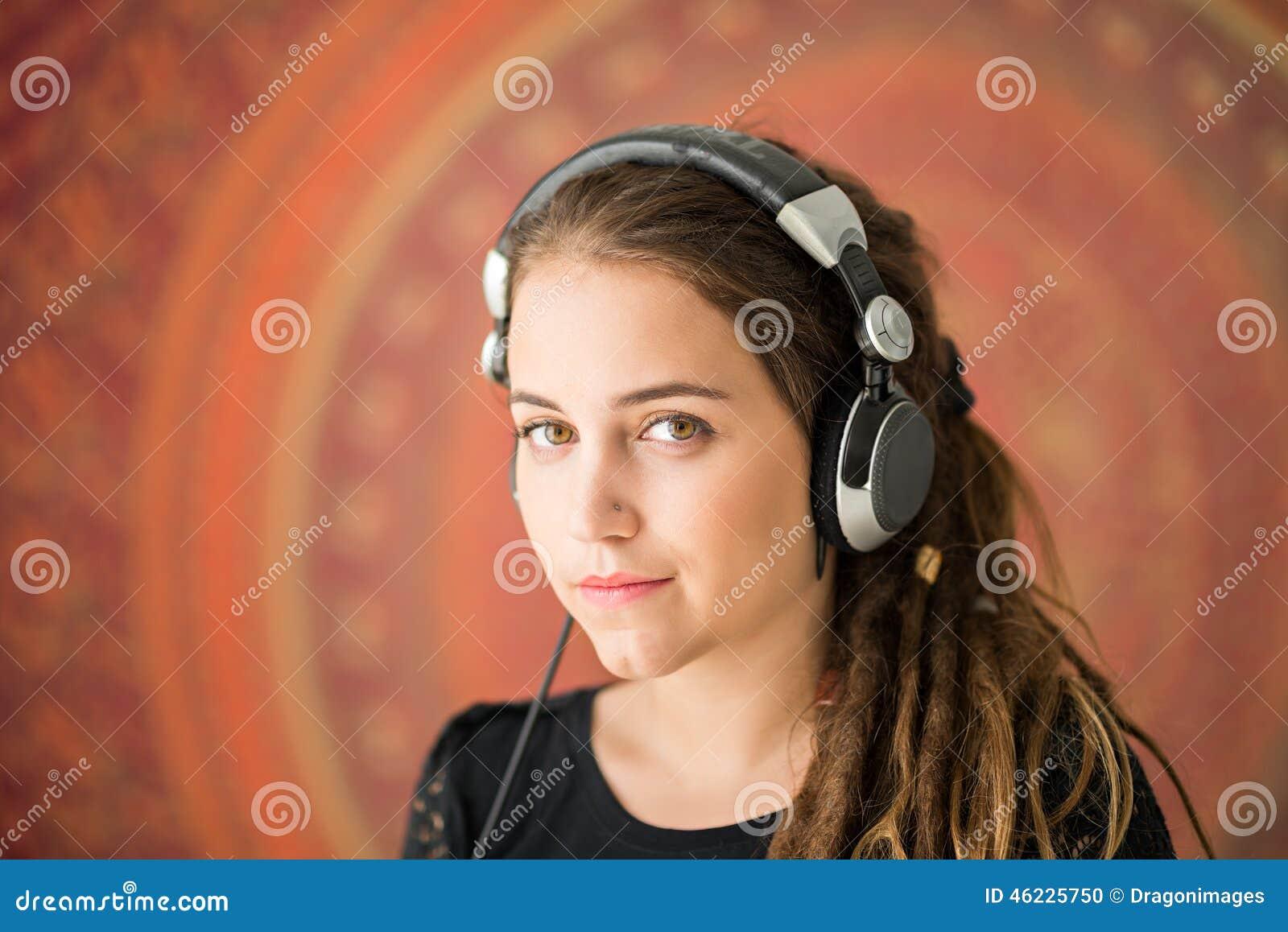Κορίτσι με τα dreadlocks