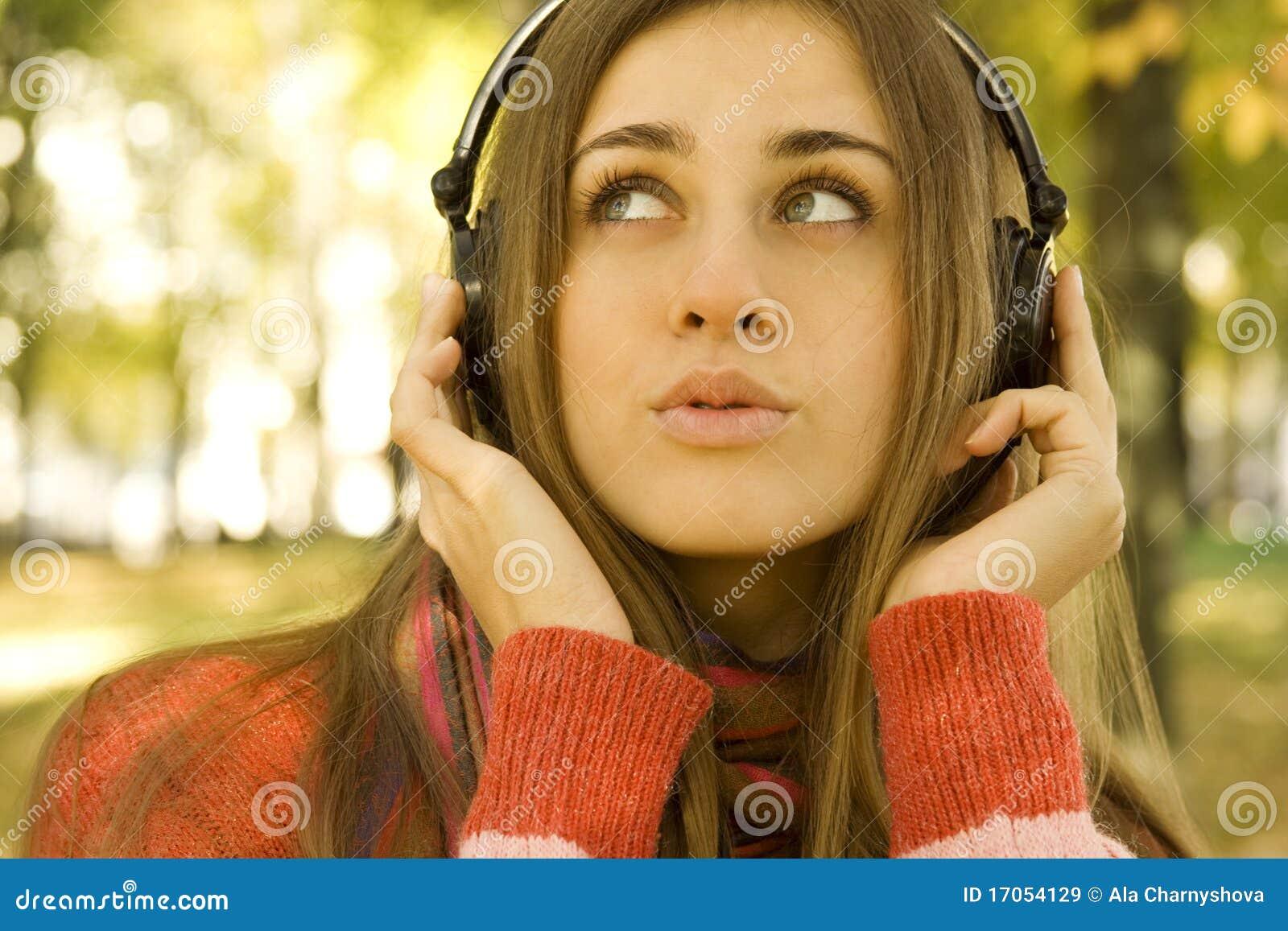 Κορίτσι με την πτώση ακουστικών
