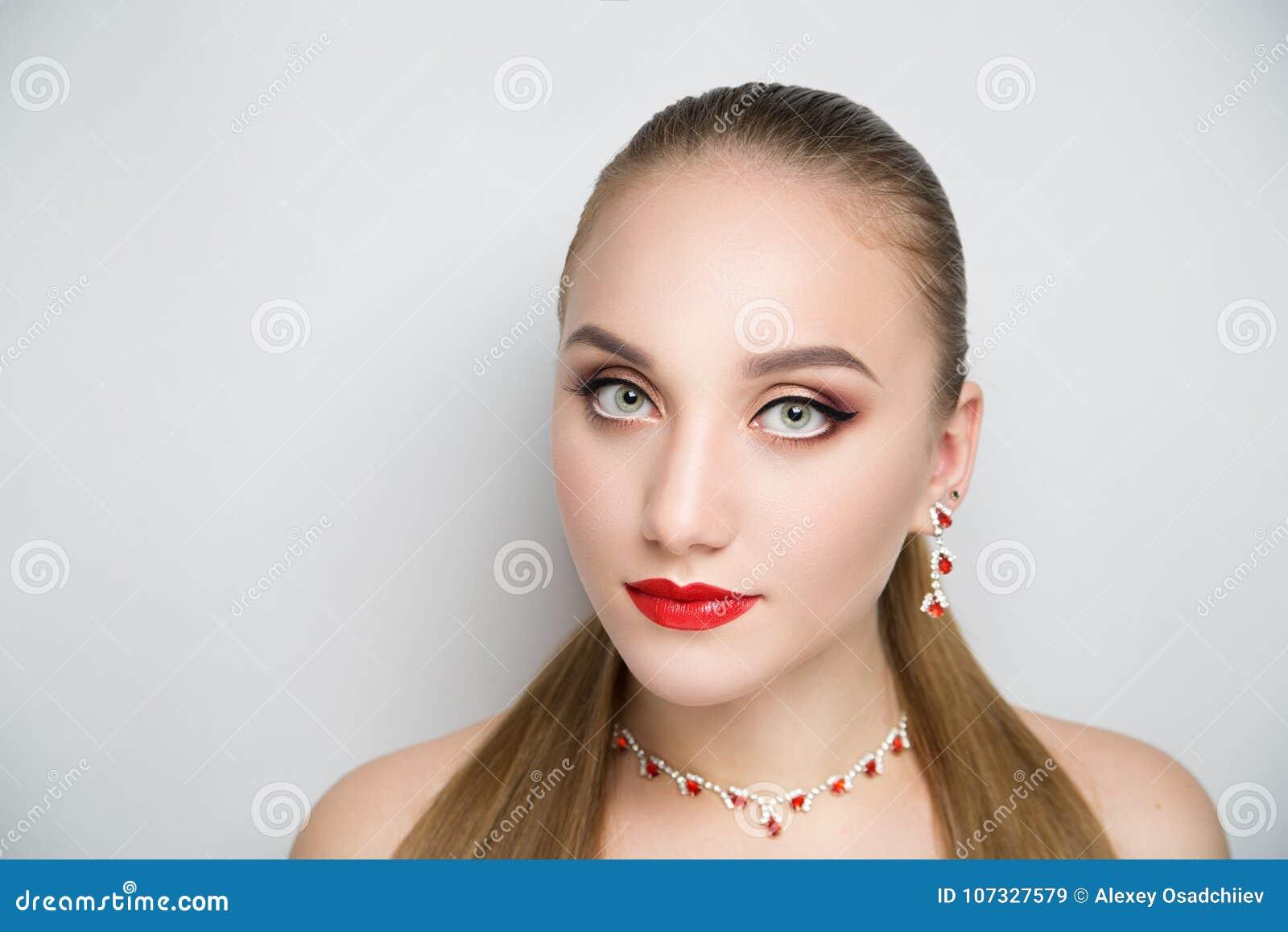 51a245fb6d3 Κορίτσι με το κόκκινο κραγιόν και το ασημένιο κόσμημα Στοκ Εικόνα ...