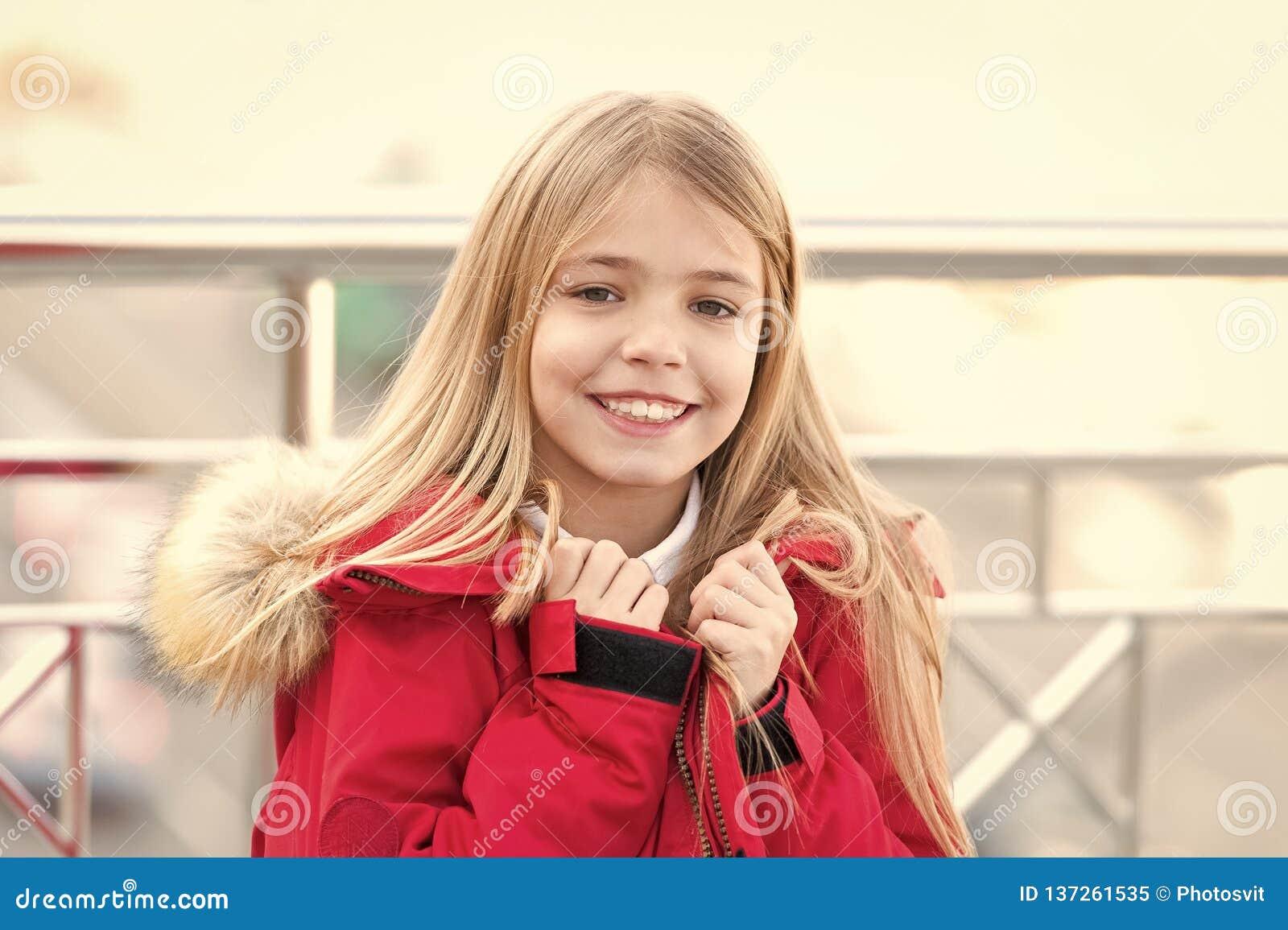 Κορίτσι με το ξανθό μακρυμάλλες χαμόγελο υπαίθριο