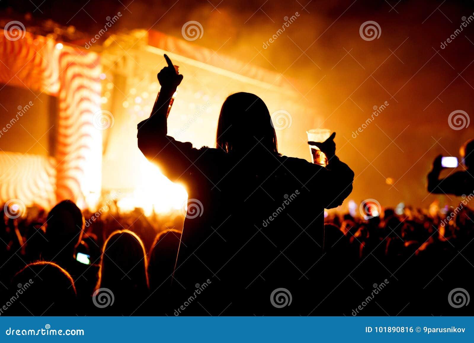 Κορίτσι με το ποτήρι της μπύρας που απολαμβάνει το φεστιβάλ μουσικής, συναυλία