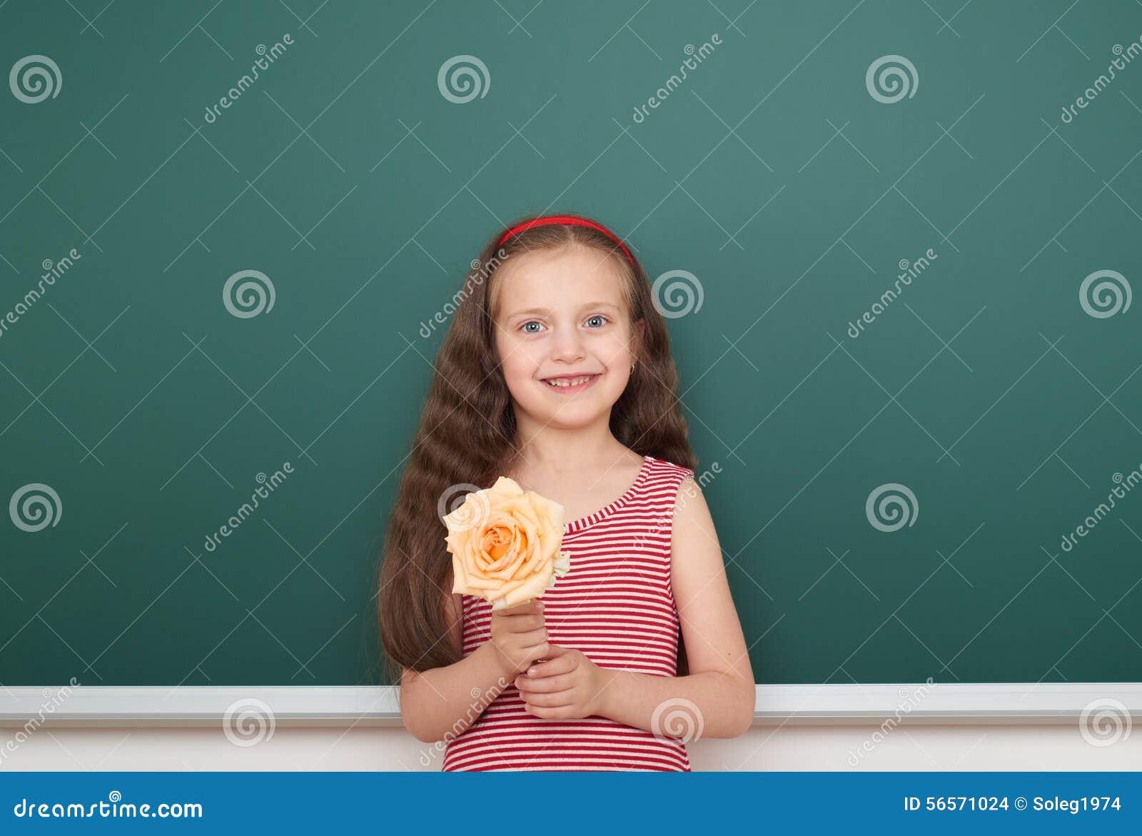 Download Κορίτσι με το ροδαλό λουλούδι κοντά στο σχολικό πίνακα Στοκ Εικόνες - εικόνα από γραφείο, τοποθέτηση: 56571024