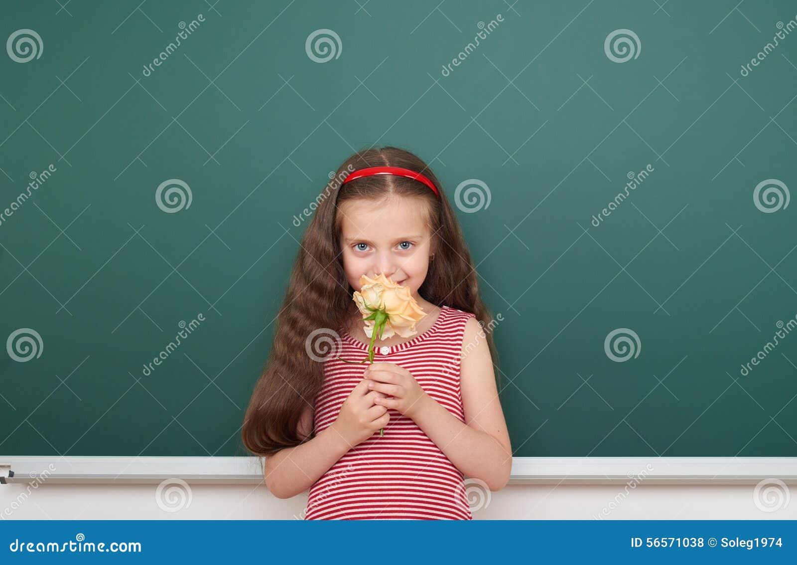 Download Κορίτσι με το ροδαλό λουλούδι κοντά στο σχολικό πίνακα Στοκ Εικόνες - εικόνα από childhood, τοποθέτηση: 56571038